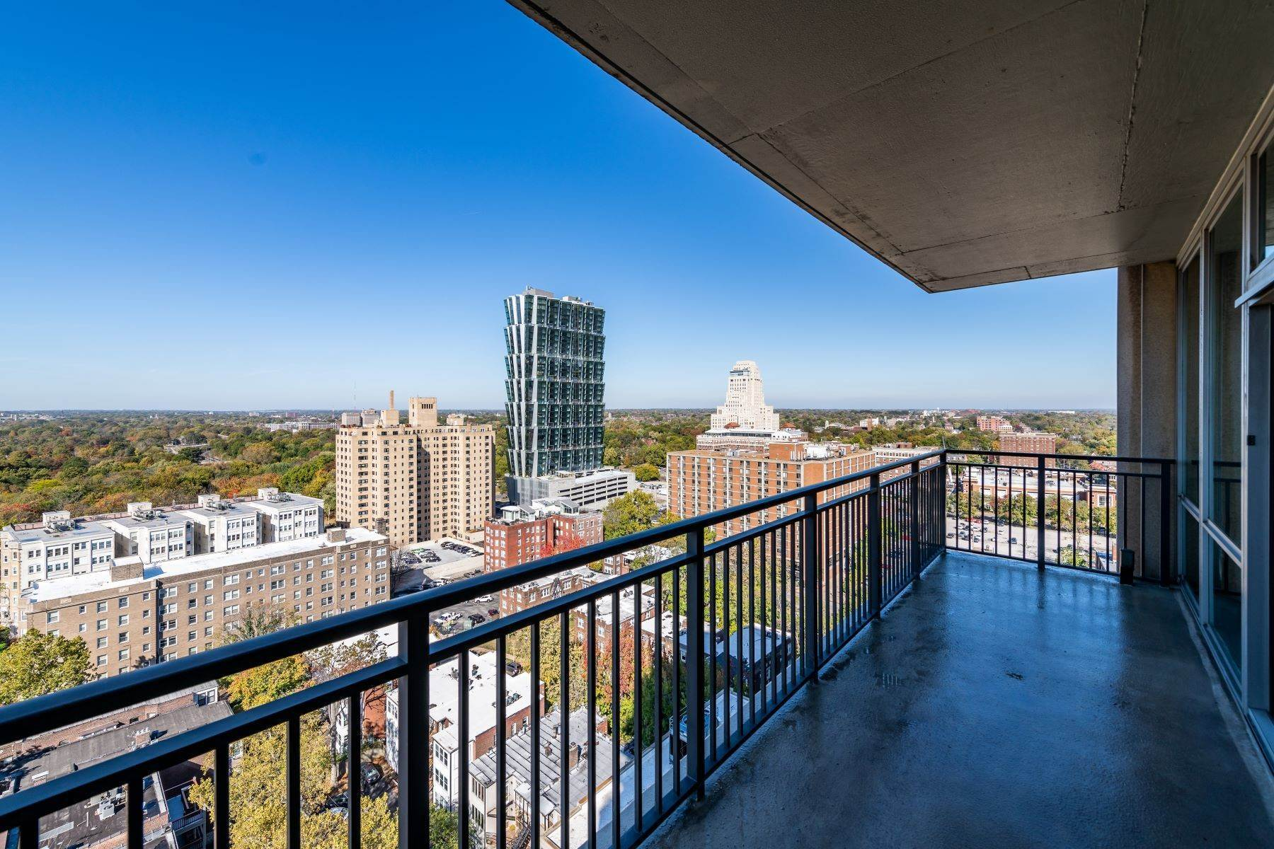 43. Condominiums for Sale at Free Flowing Condo in CWE 4909 Laclede Avenue, #1806 St. Louis, Missouri 63108 United States