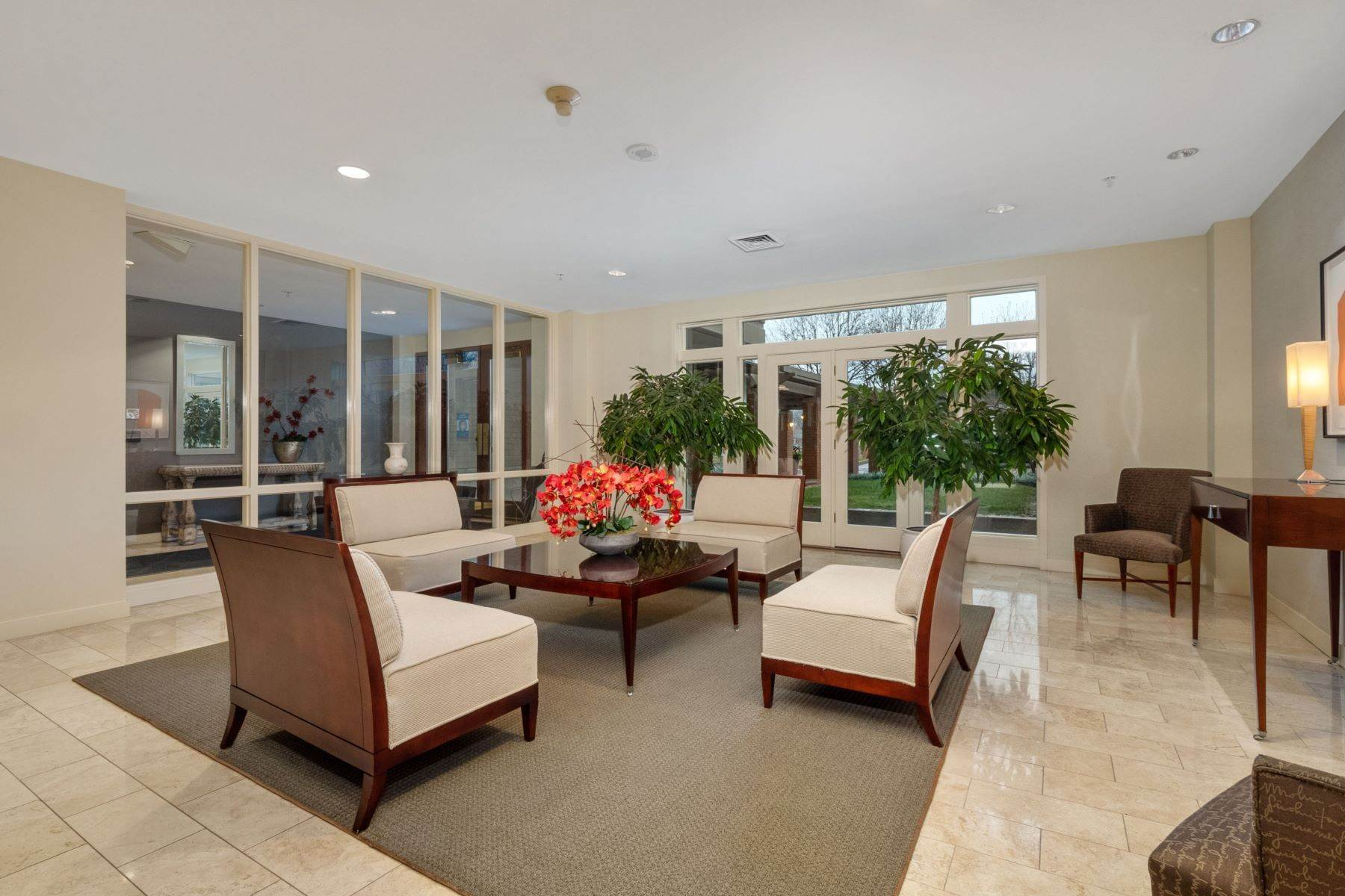 19. Condominiums for Sale at Gorgeous Clayton Condo with Private Balcony 800 South Hanley Road 4A Clayton, Missouri 63105 United States