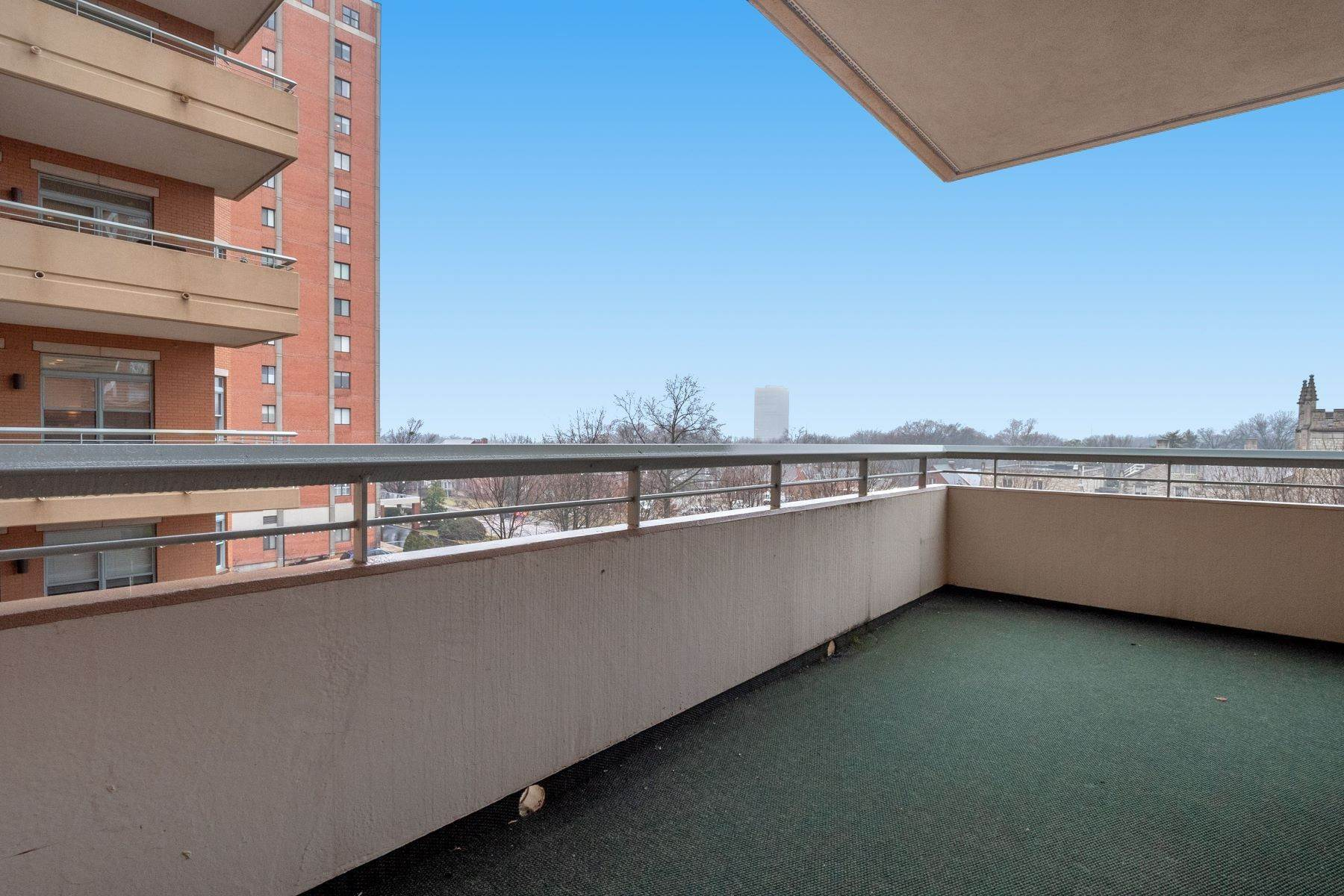 18. Condominiums for Sale at Gorgeous Clayton Condo with Private Balcony 800 South Hanley Road 4A Clayton, Missouri 63105 United States