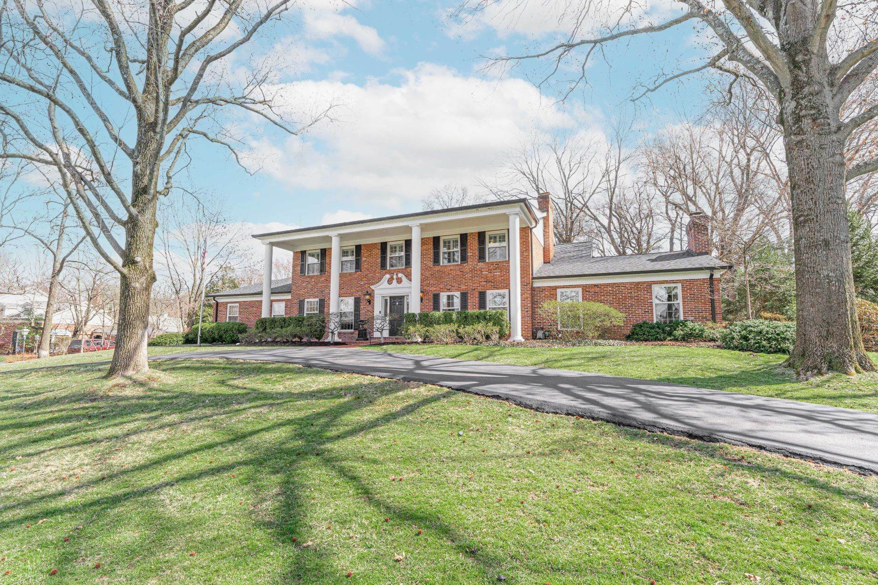 Single Family Homes for Sale at Stately elegance with modern updates in Ladue 10 Gouvenor Lane Ladue, Missouri 63124 United States
