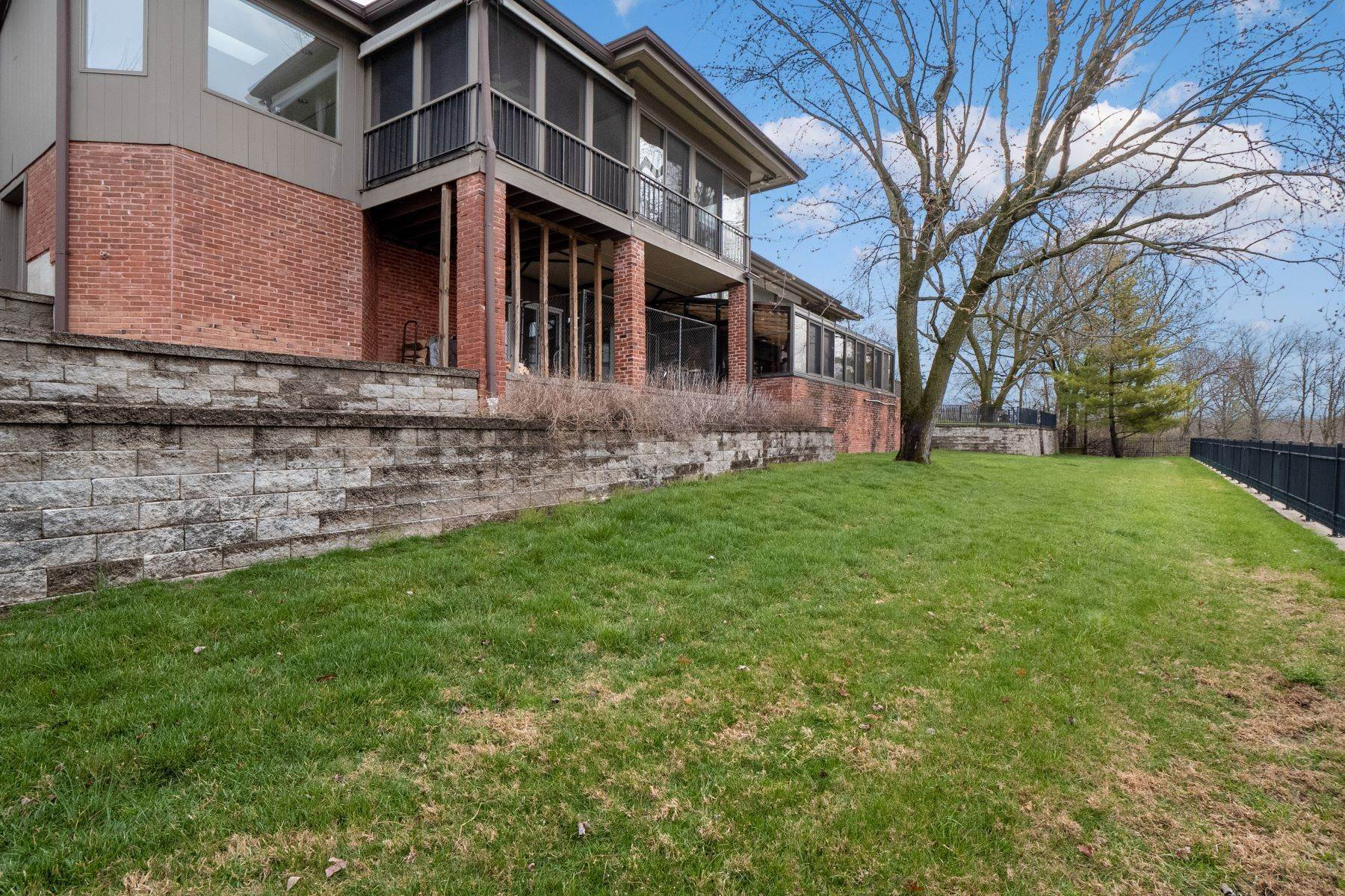 8. Single Family Homes for Sale at Sensational Mid-Century Lakefront Home 11622 Ladue Road Creve Coeur, Missouri 63141 United States
