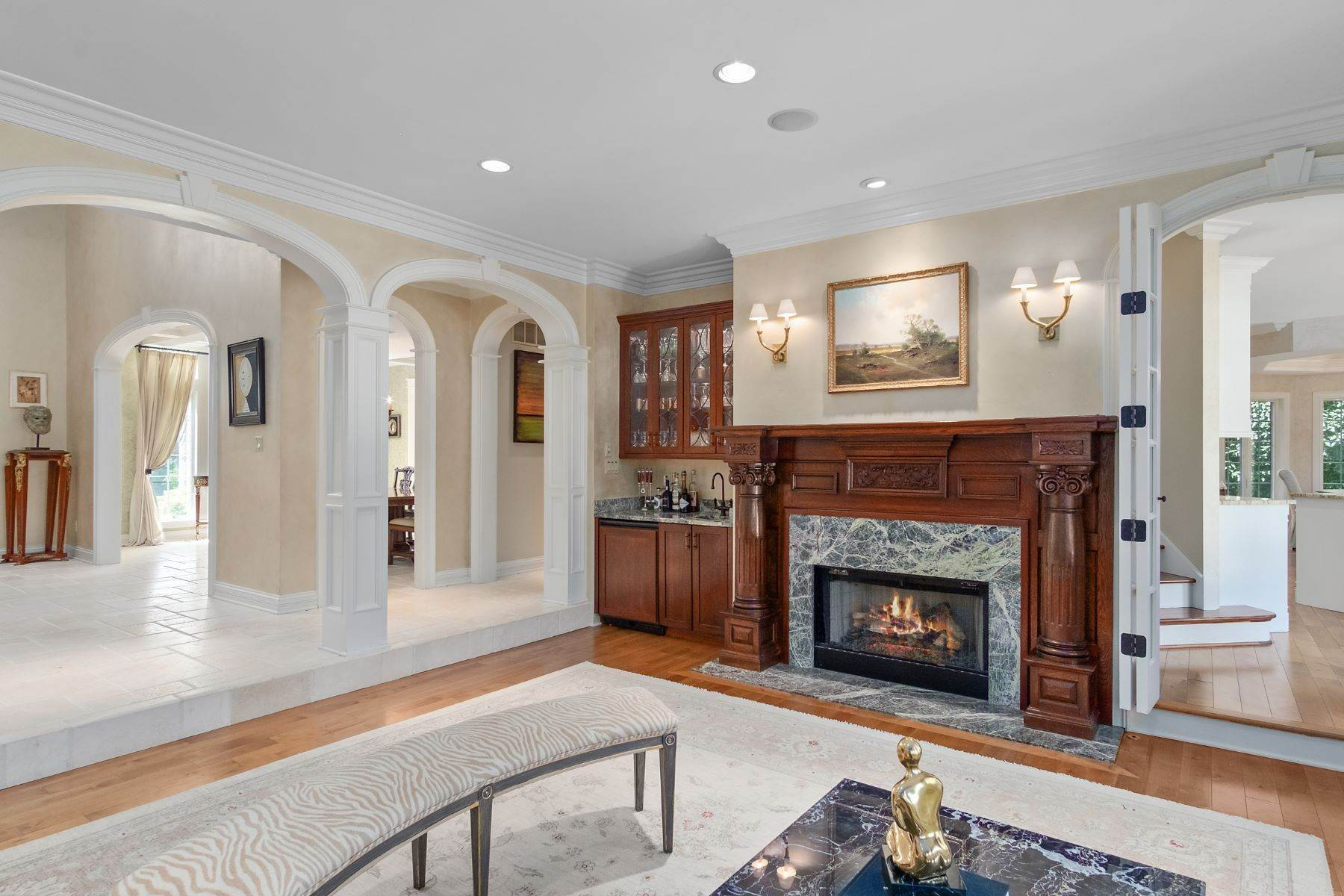 13. Single Family Homes for Sale at Outstanding Private Gated Stone 1.5 Story 10831 Ladue Road Creve Coeur, Missouri 63141 United States