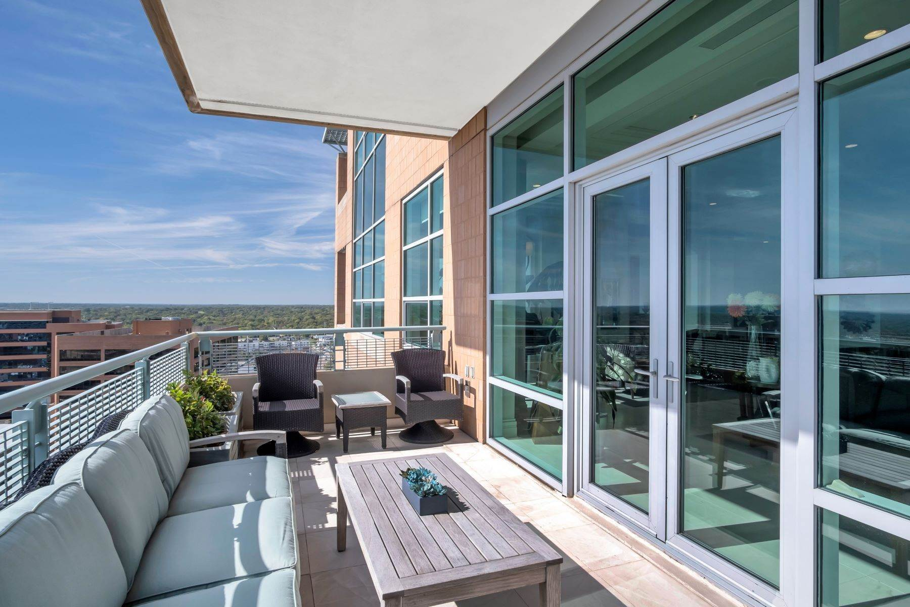 22. Condominiums for Sale at Experience Luxury and Urban Penthouse Living 8025 Maryland Avenue, #15C Clayton, Missouri 63105 United States