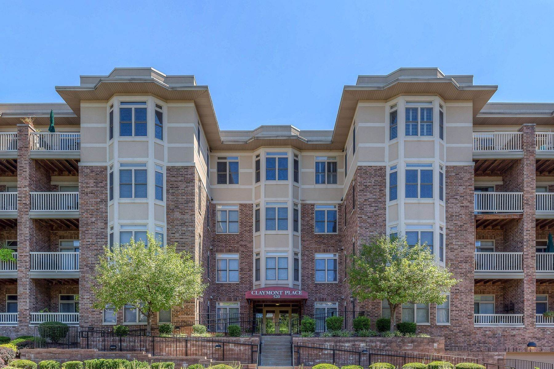 28. Condominiums for Sale at Impeccable Claymont Place Condo 520 North and South Road, #201 University City, Missouri 63130 United States