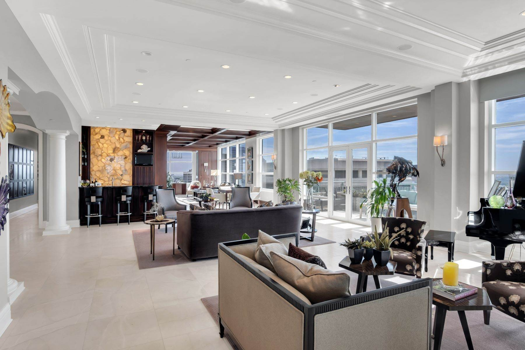3. Condominiums for Sale at Experience Luxury and Urban Penthouse Living 8025 Maryland Avenue, #15C Clayton, Missouri 63105 United States