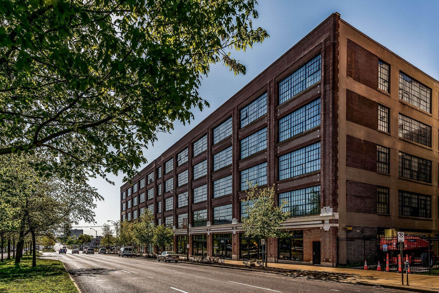 Condominiums for Sale at West End Lofts #322 4100 Forest Park Avenue #322 St. Louis, Missouri 63108 United States
