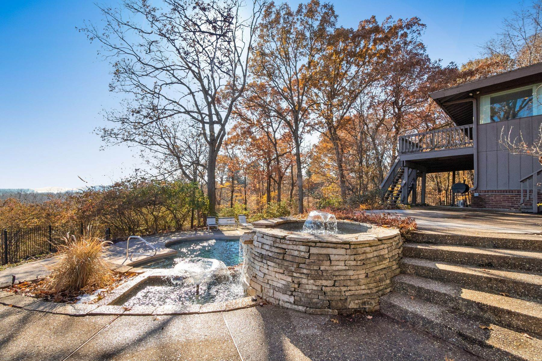 35. Single Family Homes for Sale at Relaxing Mid-Century Retreat Overlooking the Mississippi River 10 Rivermont Drive Crystal City, Missouri 63019 United States