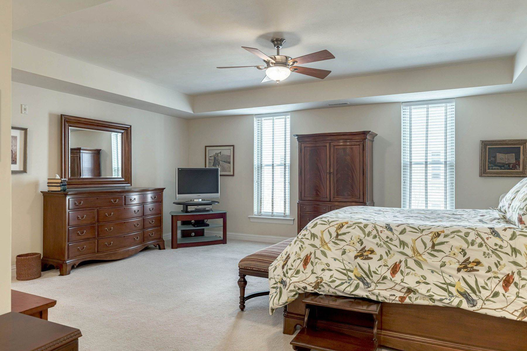 16. Condominiums for Sale at Impeccable Claymont Place Condo 520 North and South Road, #201 University City, Missouri 63130 United States