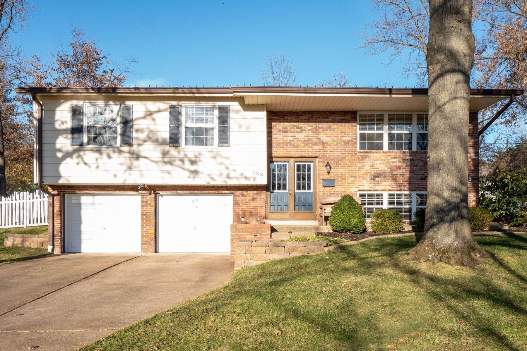 Single Family Homes for Sale at Updated Home In Highly Regarded Kirkwood 133 Oakside Lane Kirkwood, Missouri 63122 United States