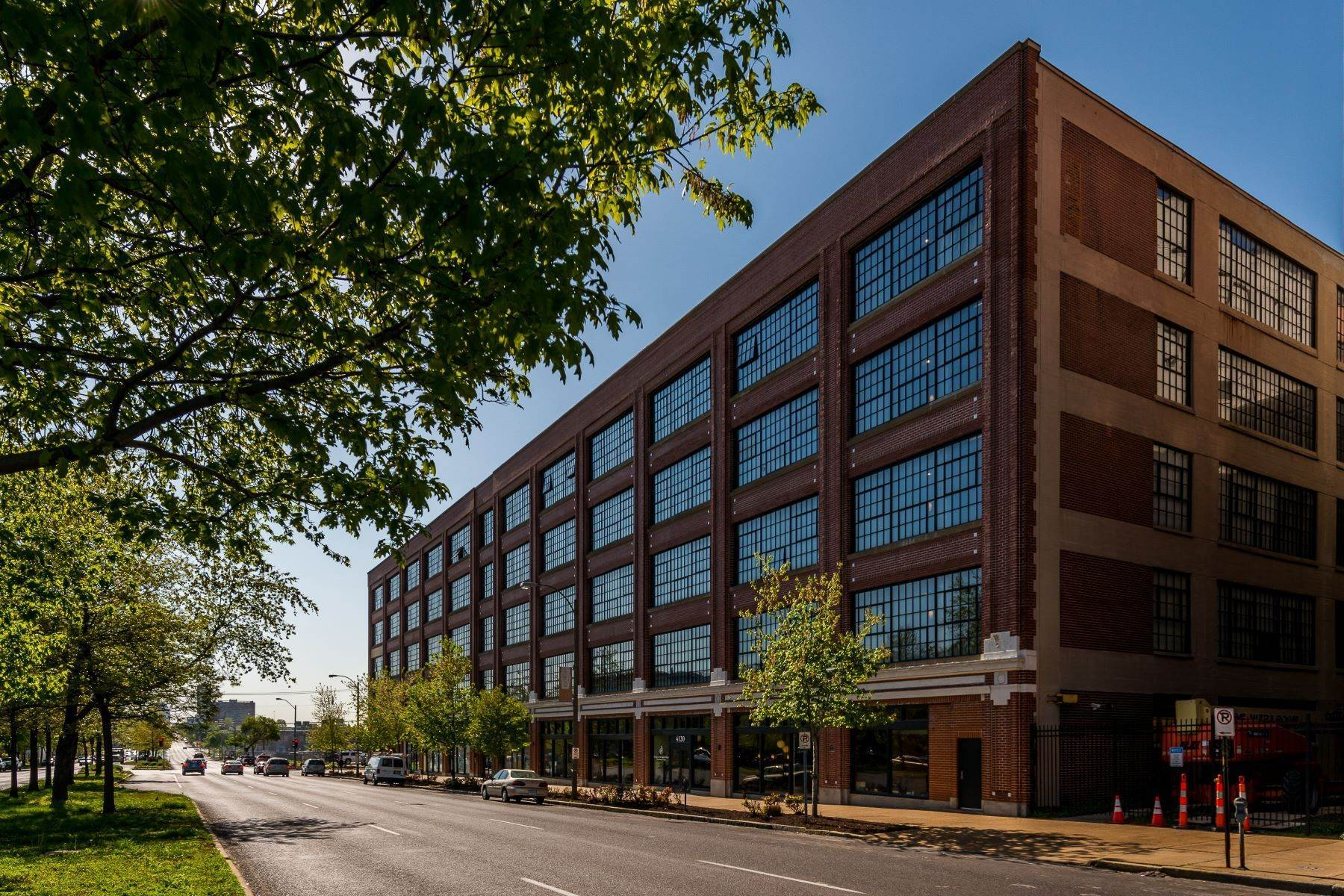 Condominiums for Sale at West End Lofts #405 4100 Forest Park Avenue #405 St. Louis, Missouri 63108 United States
