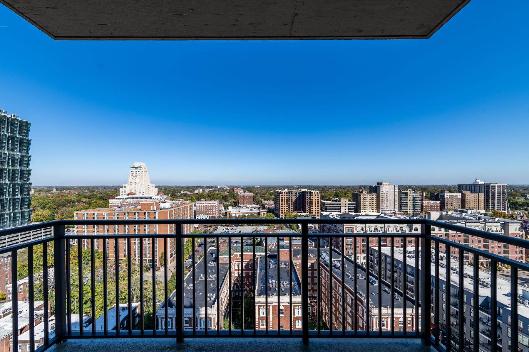 40. Condominiums for Sale at Free Flowing Condo in CWE 4909 Laclede Avenue, #1806 St. Louis, Missouri 63108 United States