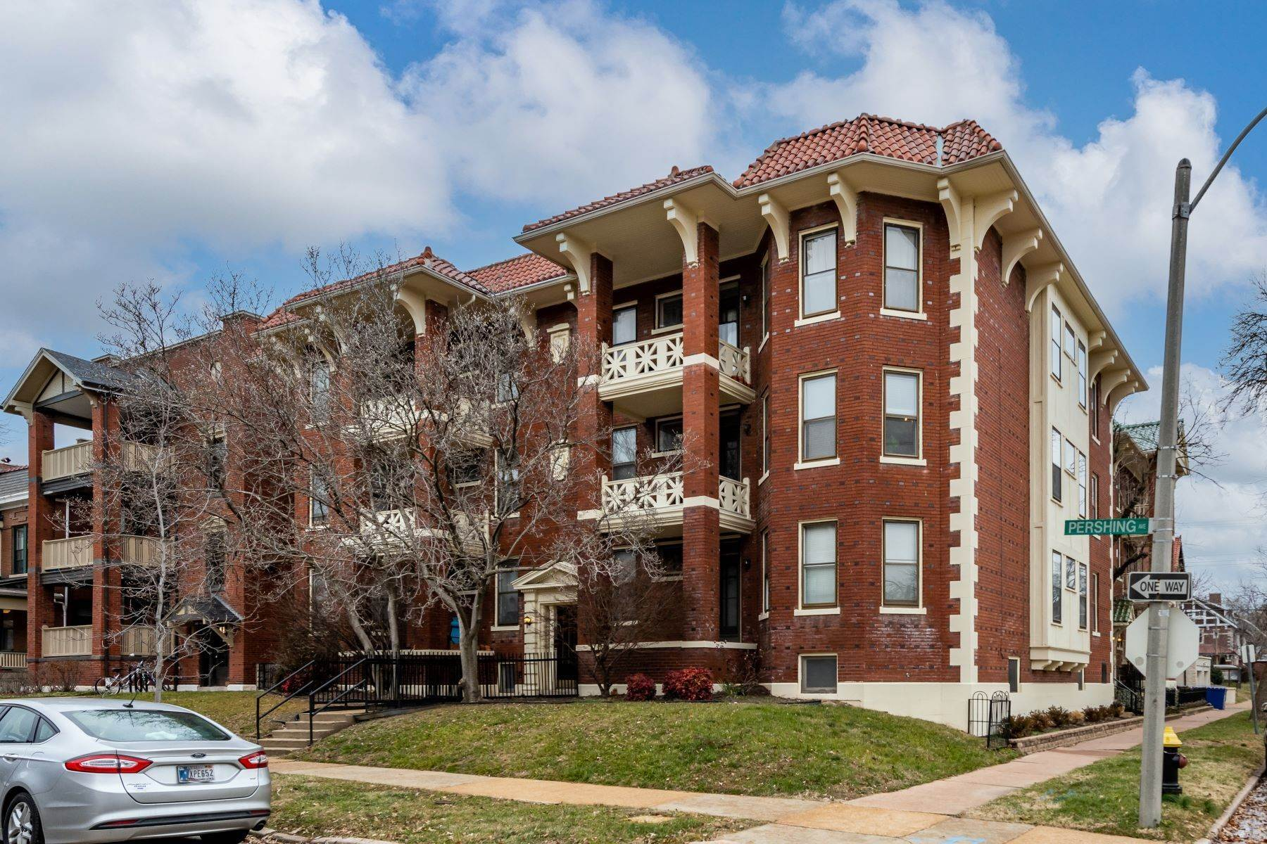 Condominiums for Sale at Large 2 Bedroom Condo Within Walking Distance to Washington University 6105 Pershing Avenue #2E St. Louis, Missouri 63112 United States