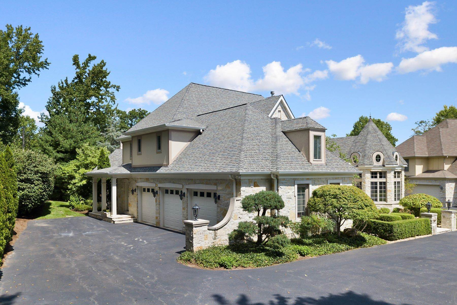 37. Single Family Homes for Sale at Outstanding Private Gated Stone 1.5 Story 10831 Ladue Road Creve Coeur, Missouri 63141 United States