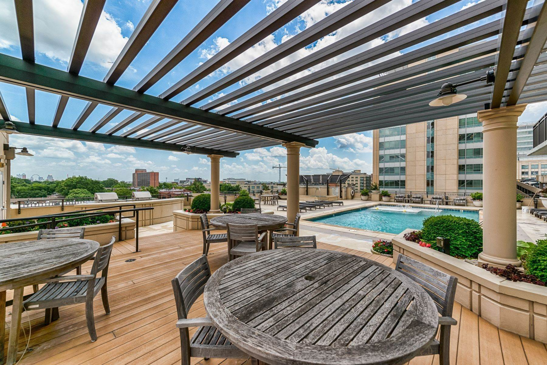 12. Condominiums for Sale at Free Flowing Condo in CWE 4909 Laclede Avenue, #1806 St. Louis, Missouri 63108 United States