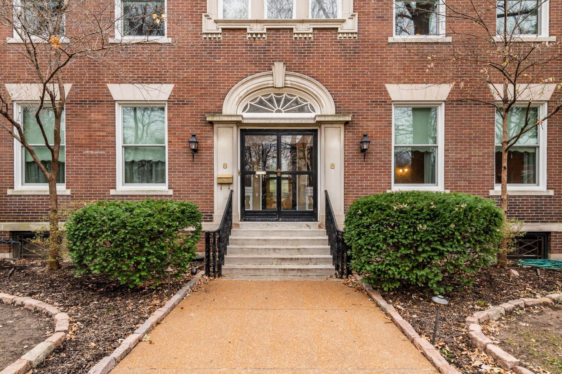 2. Single Family Homes for Sale at Elegant Home In The Desirable CWE 8 Hortense Place St. Louis, Missouri 63108 United States