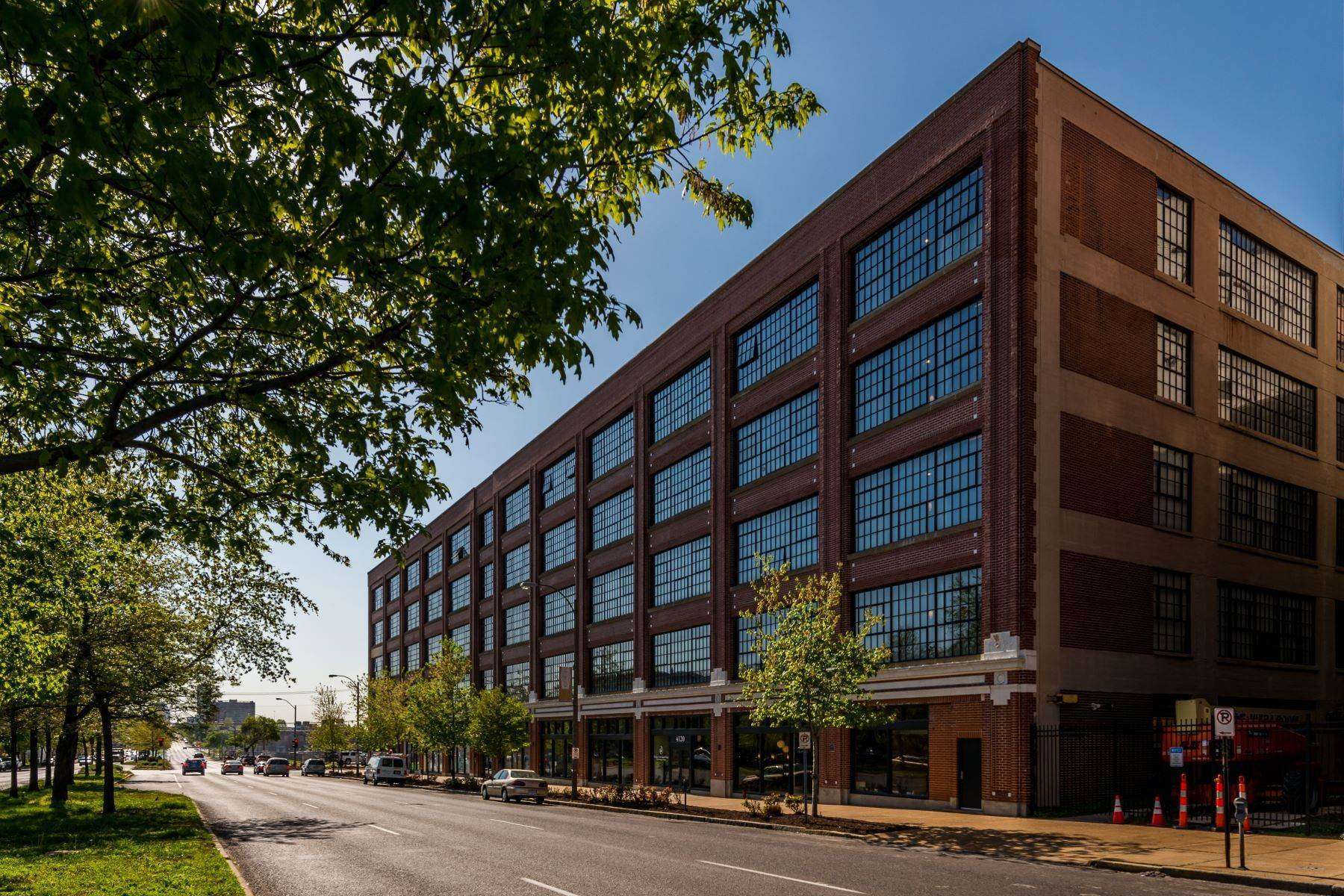 Condominiums for Sale at West End Lofts #418 4100 Forest Park Avenue #418 St. Louis, Missouri 63108 United States
