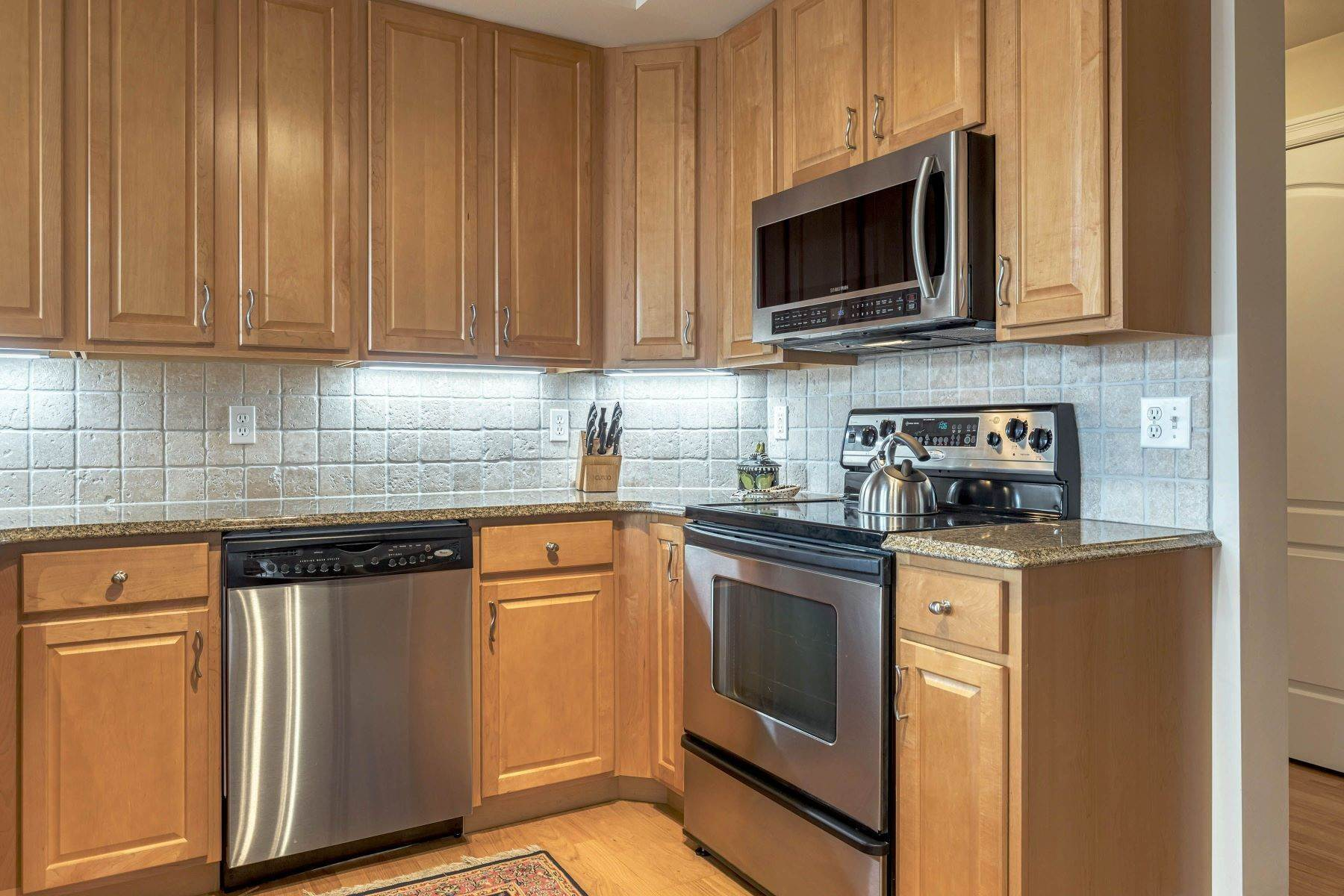 4. Condominiums for Sale at Impeccable Claymont Place Condo 520 North and South Road, #201 University City, Missouri 63130 United States