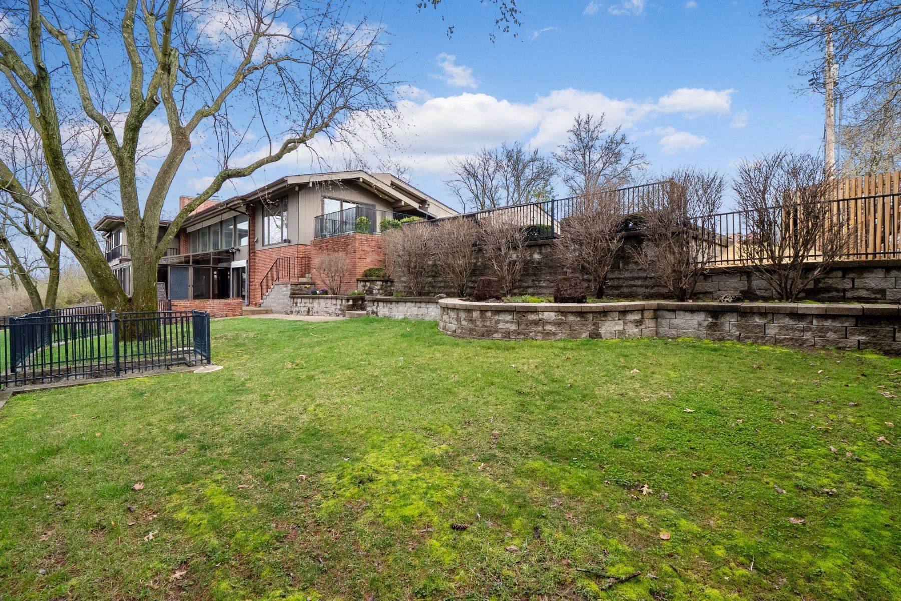 7. Single Family Homes for Sale at Sensational Mid-Century Lakefront Home 11622 Ladue Road Creve Coeur, Missouri 63141 United States