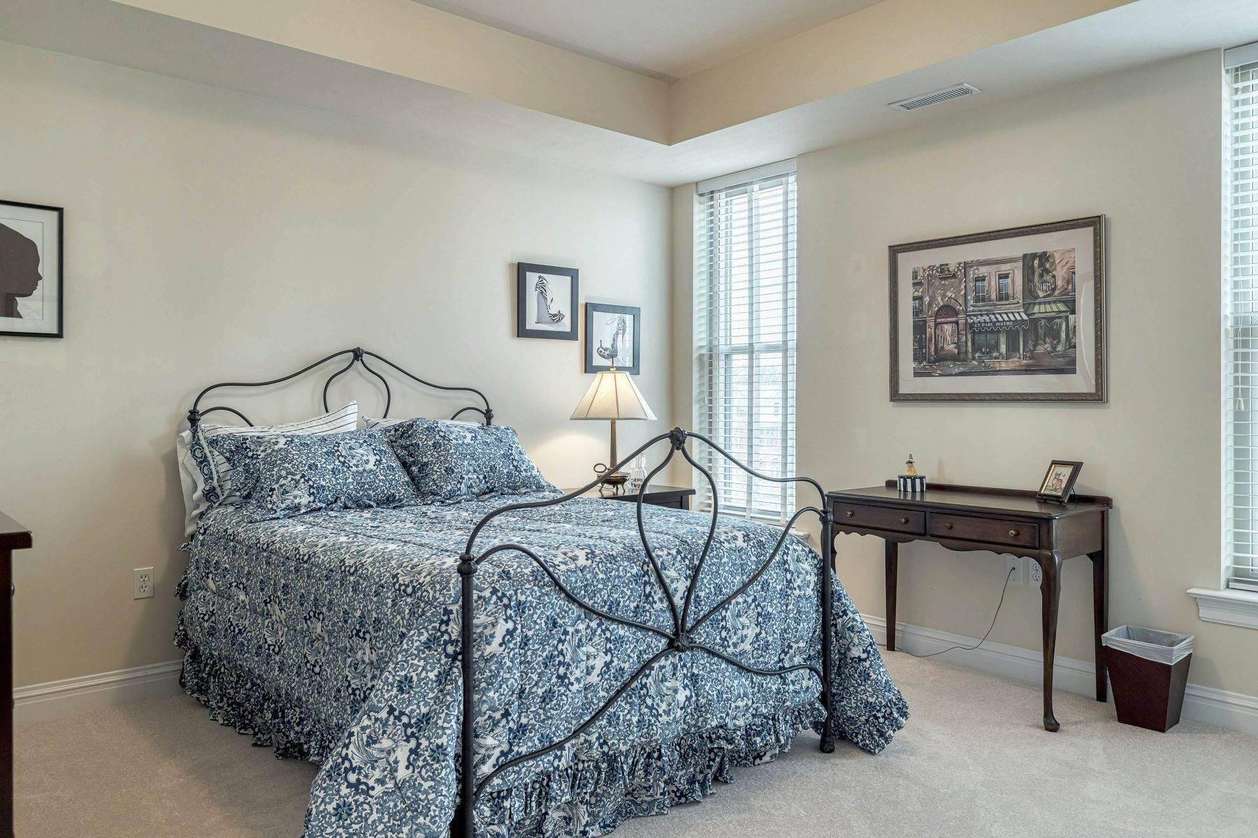 23. Condominiums for Sale at Impeccable Claymont Place Condo 520 North and South Road, #201 University City, Missouri 63130 United States