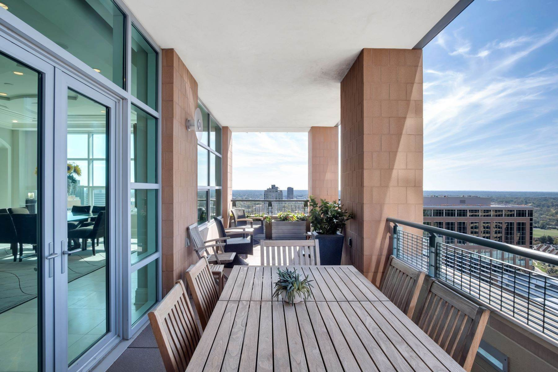 23. Condominiums for Sale at Experience Luxury and Urban Penthouse Living 8025 Maryland Avenue, #15C Clayton, Missouri 63105 United States