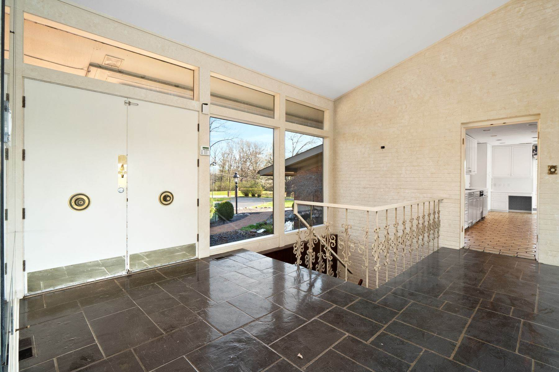 11. Single Family Homes for Sale at Sensational Mid-Century Lakefront Home 11622 Ladue Road Creve Coeur, Missouri 63141 United States