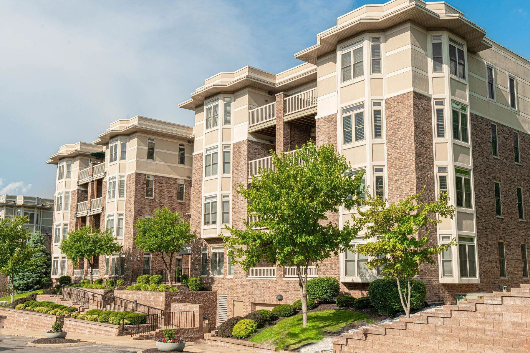 Condominiums for Sale at Updated Condo in Popular Claymont Place 520 North and South #203 University City, Missouri 63130 United States
