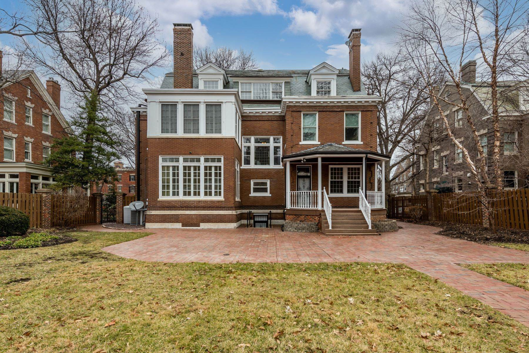 29. Single Family Homes for Sale at Elegant Home In The Desirable CWE 8 Hortense Place St. Louis, Missouri 63108 United States