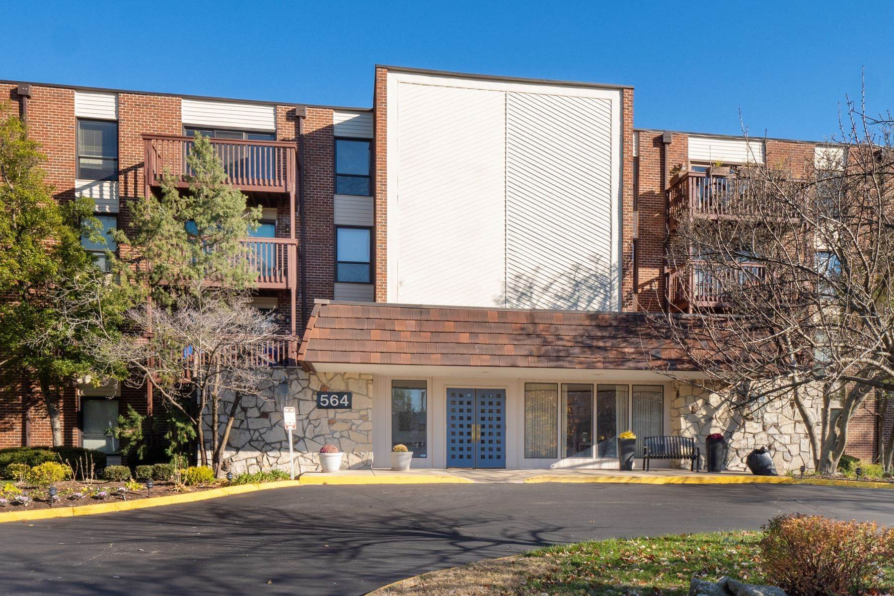 Condominiums for Sale at Updated Creve Coeur Condo With Luxurious Finishes 564 Sarah Lane #207 Creve Coeur, Missouri 63141 United States