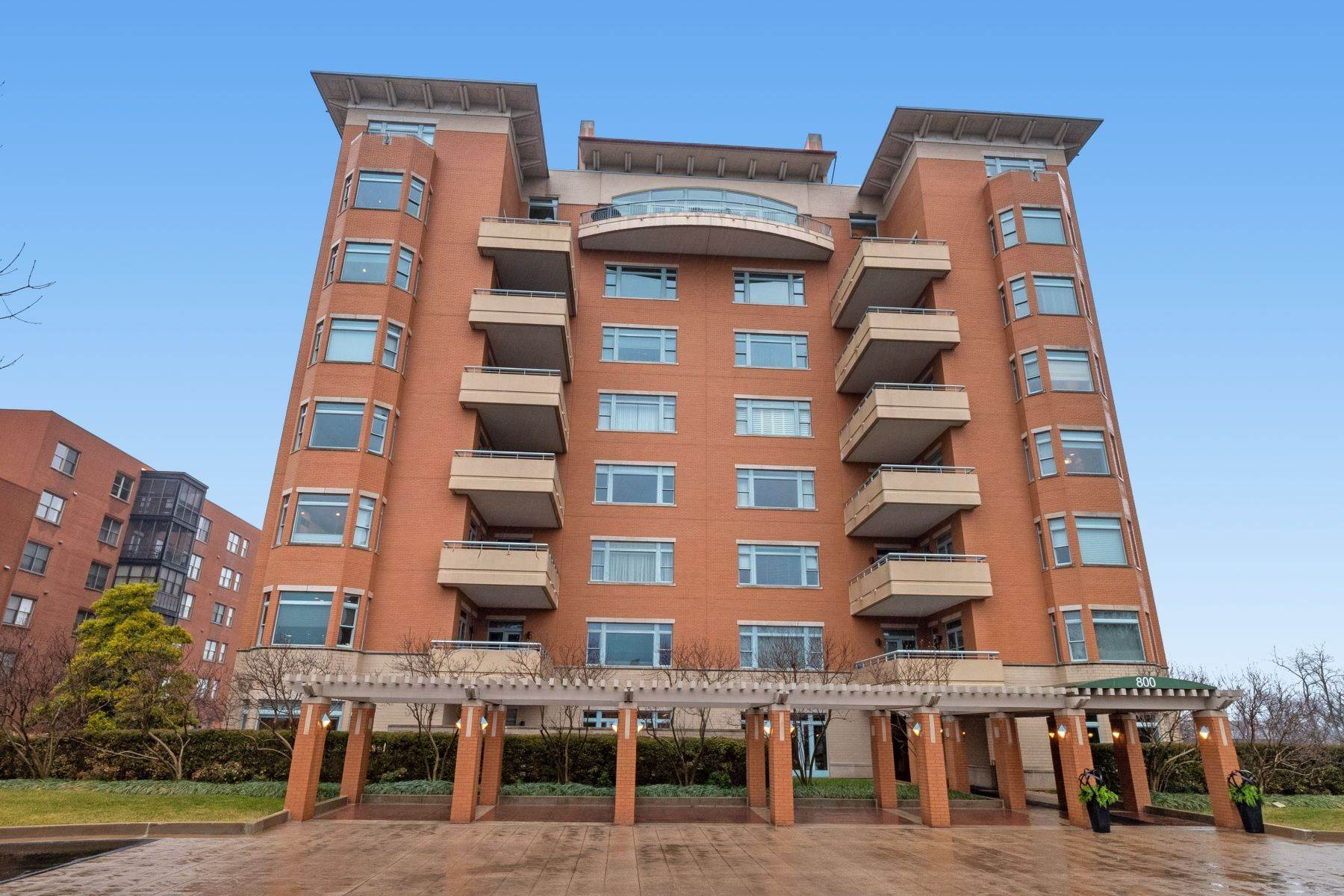Condominiums for Sale at Gorgeous Clayton Condo with Private Balcony 800 South Hanley Road 4A Clayton, Missouri 63105 United States