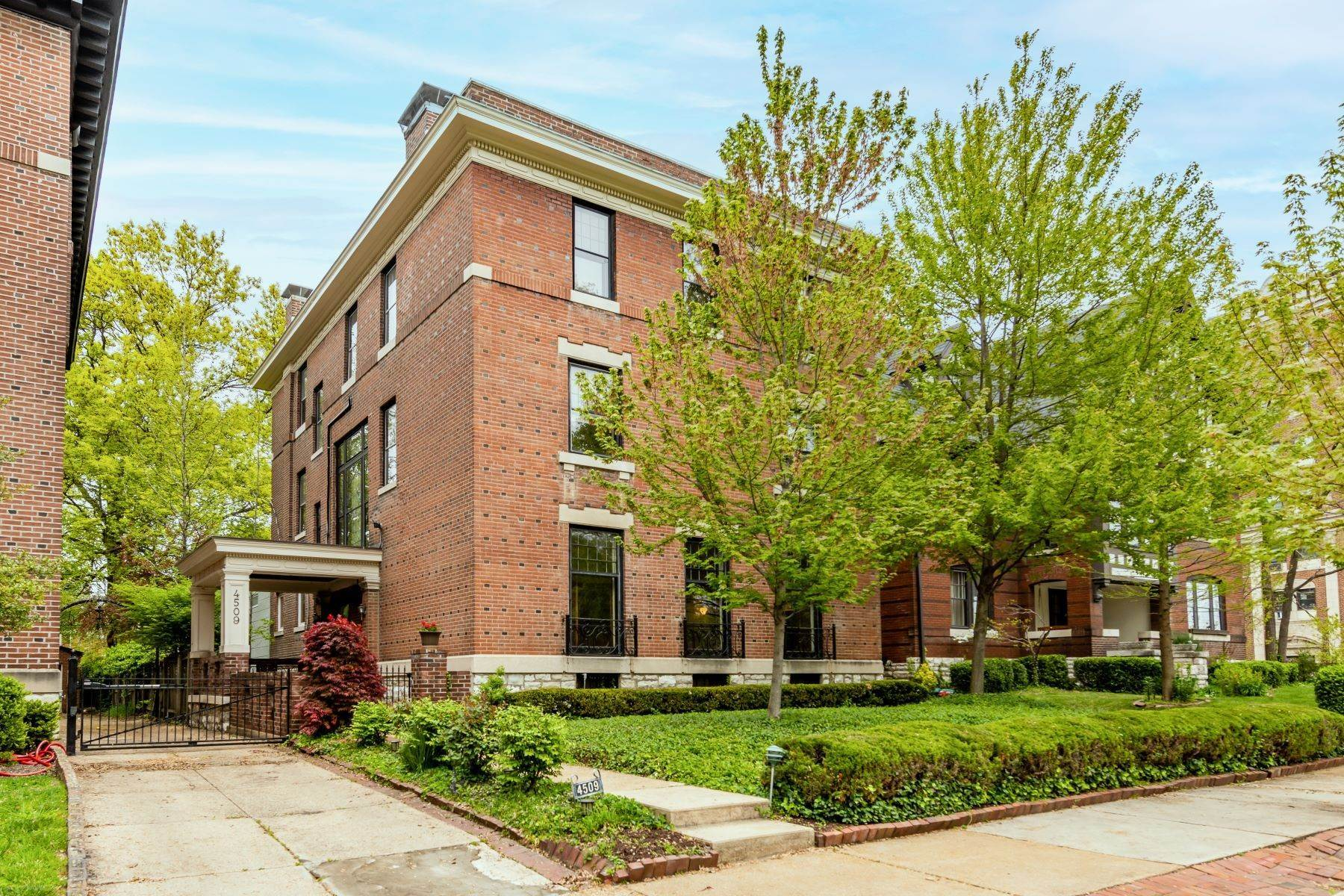 Single Family Homes for Sale at Three-Story Federal Home In CWE 4509 Pershing Place St. Louis, Missouri 63108 United States