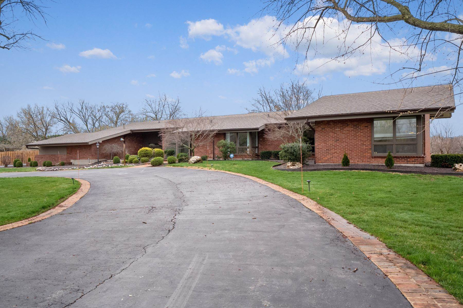 5. Single Family Homes for Sale at Sensational Mid-Century Lakefront Home 11622 Ladue Road Creve Coeur, Missouri 63141 United States