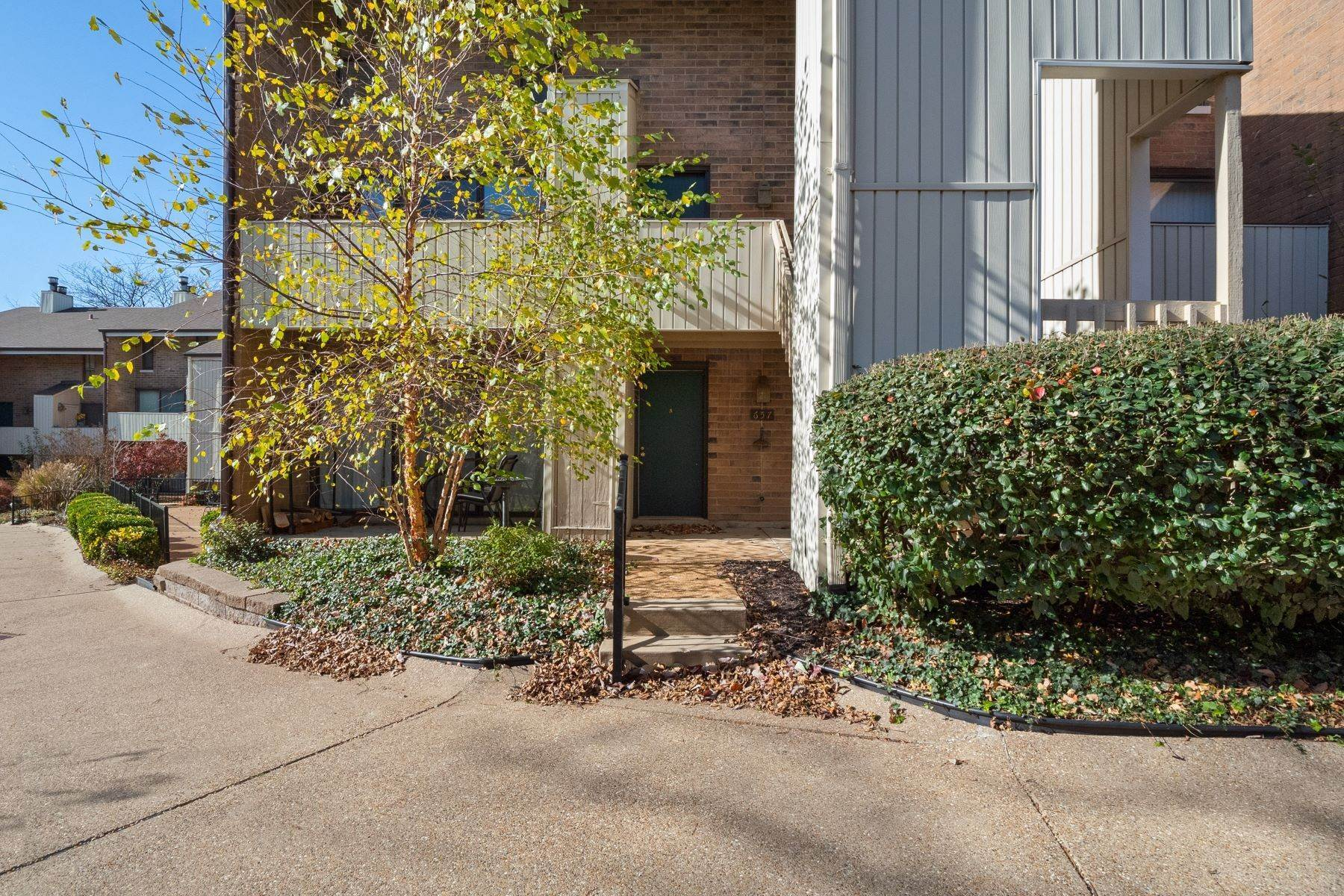 Condominiums for Sale at Beautiful Creve Coeur Townhome 657 Coeur De Royale Drive, C Creve Coeur, Missouri 63141 United States
