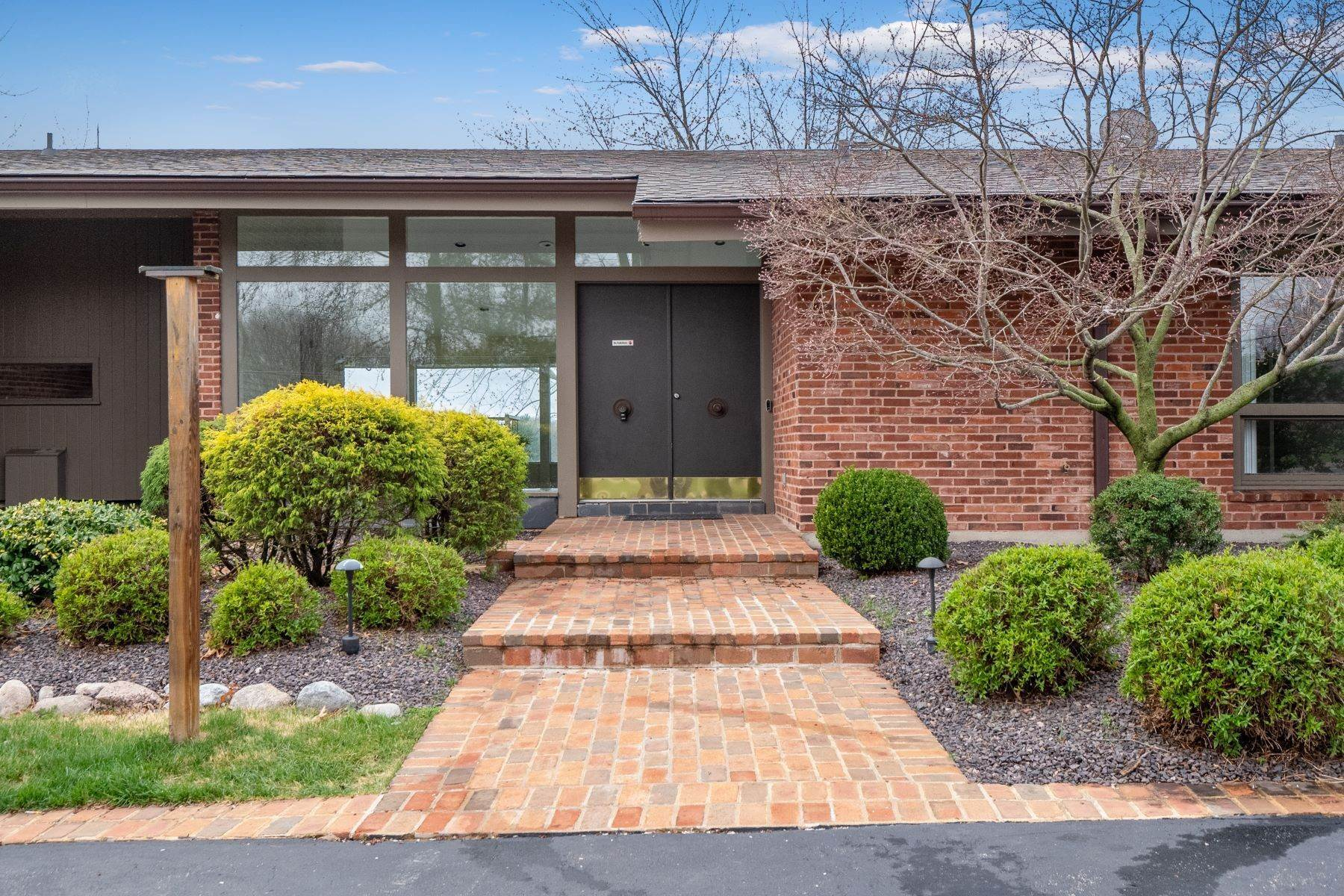 10. Single Family Homes for Sale at Sensational Mid-Century Lakefront Home 11622 Ladue Road Creve Coeur, Missouri 63141 United States