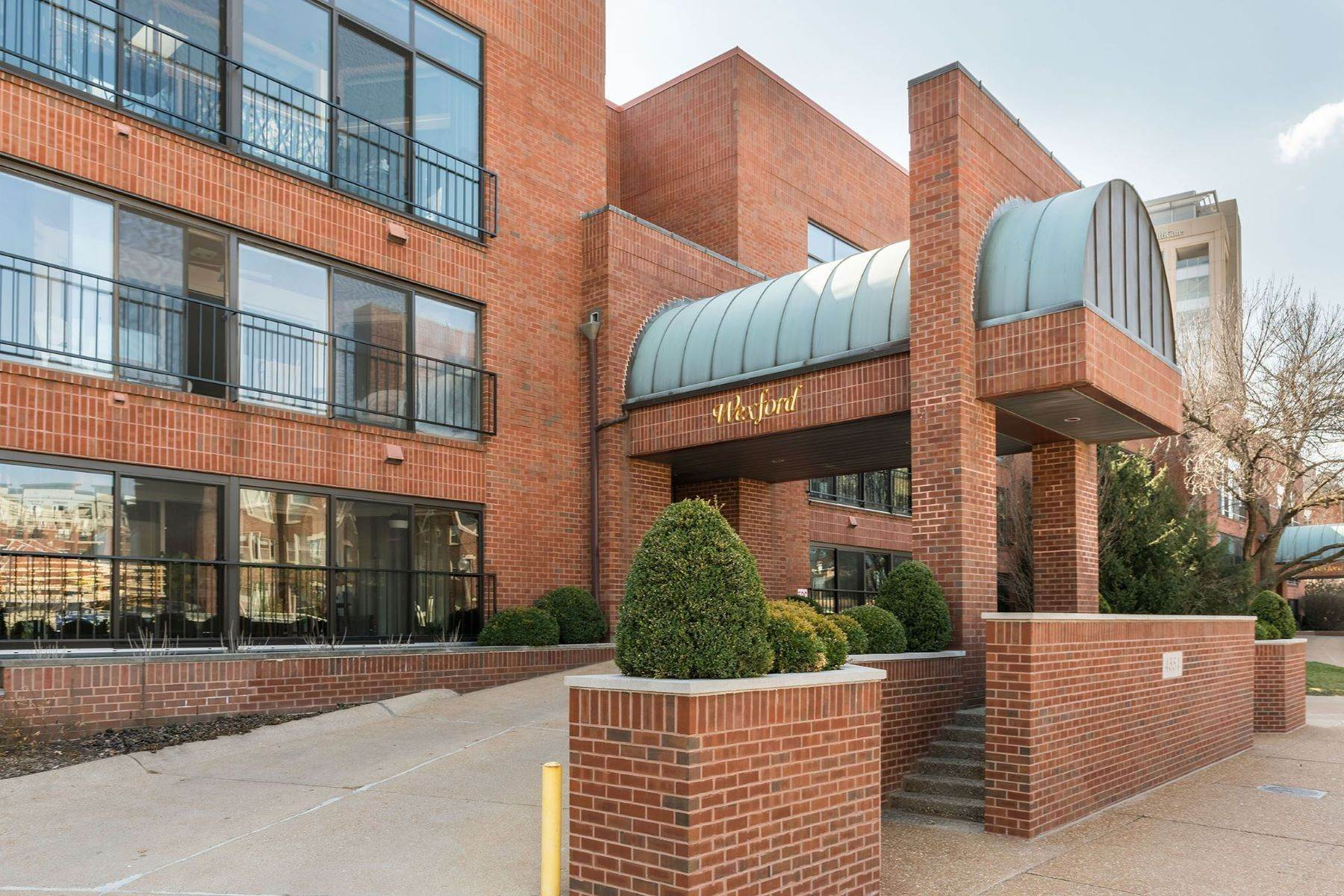 Condominiums for Sale at Exquisite CWE Top Floor Unit 4554 Laclede Avenue, 304 St. Louis, Missouri 63108 United States