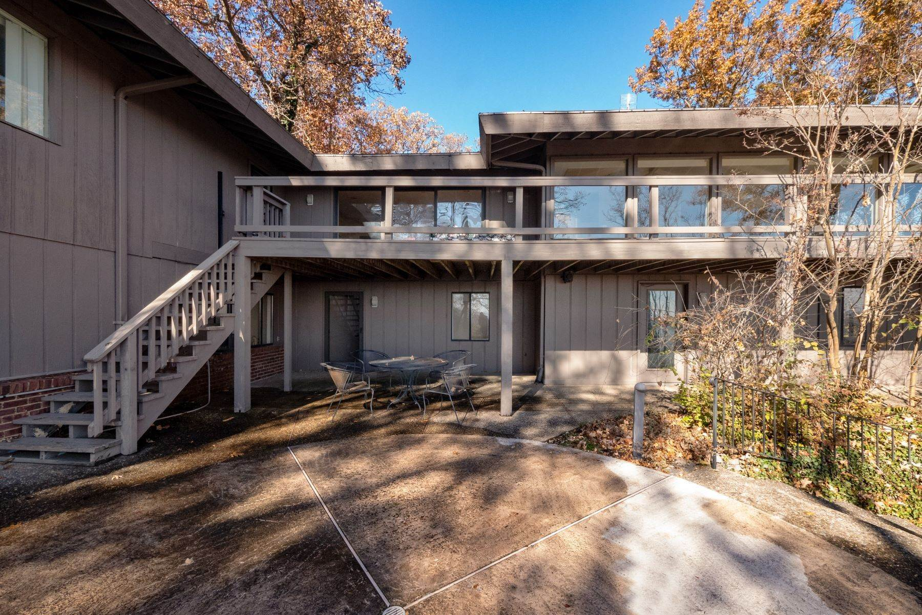 34. Single Family Homes for Sale at Relaxing Mid-Century Retreat Overlooking the Mississippi River 10 Rivermont Drive Crystal City, Missouri 63019 United States