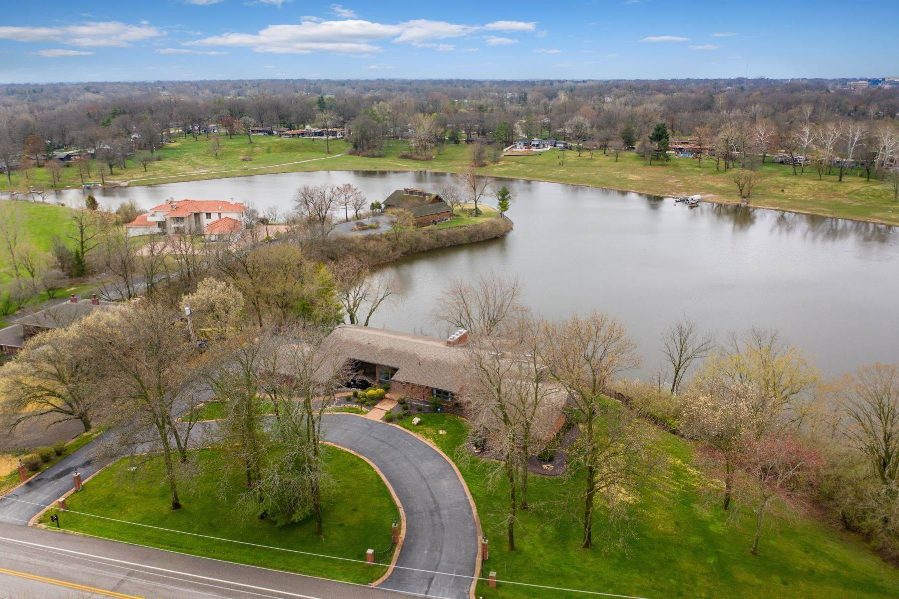 4. Single Family Homes for Sale at Sensational Mid-Century Lakefront Home 11622 Ladue Road Creve Coeur, Missouri 63141 United States