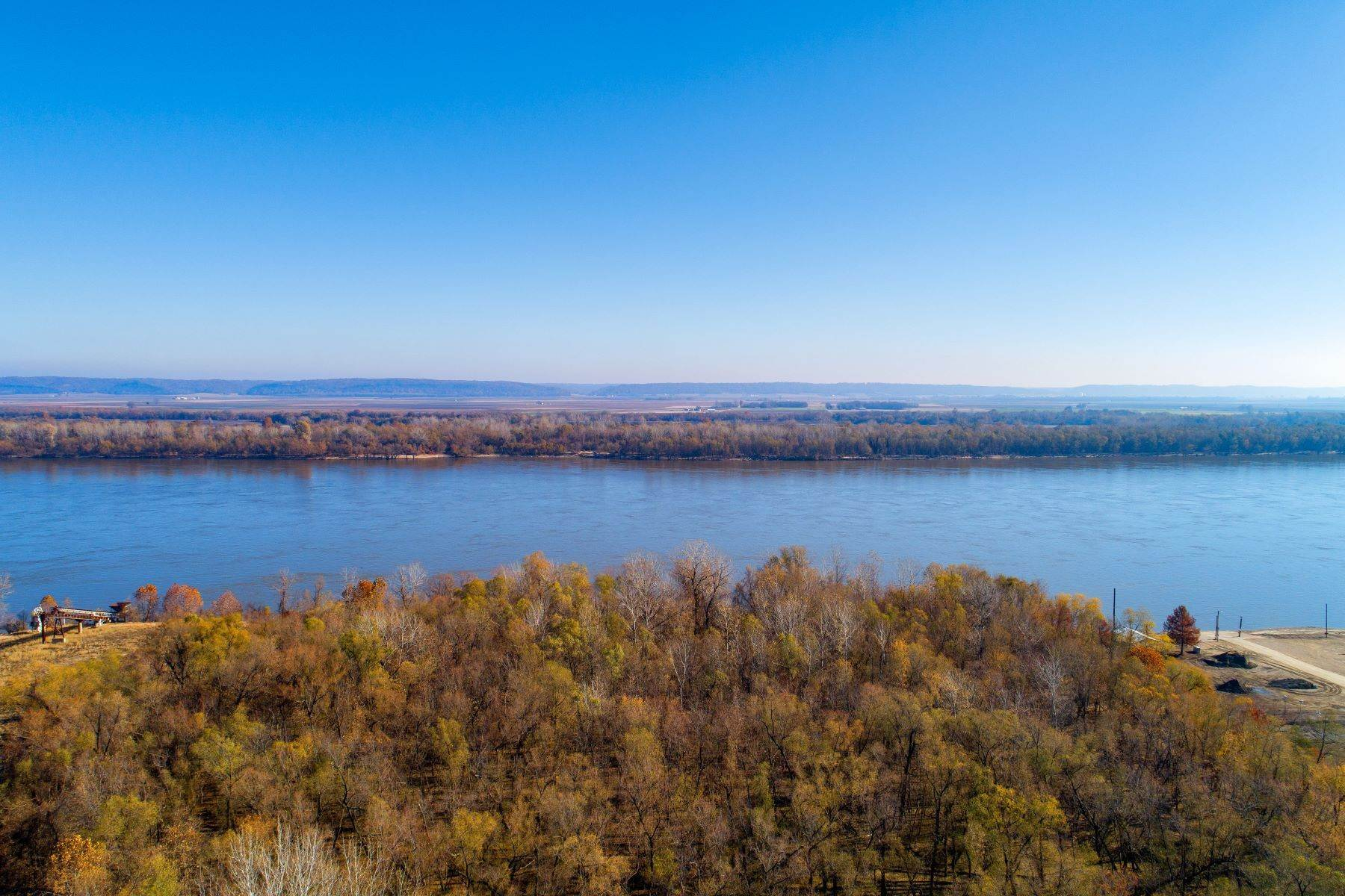 5. Single Family Homes for Sale at Relaxing Mid-Century Retreat Overlooking the Mississippi River 10 Rivermont Drive Crystal City, Missouri 63019 United States
