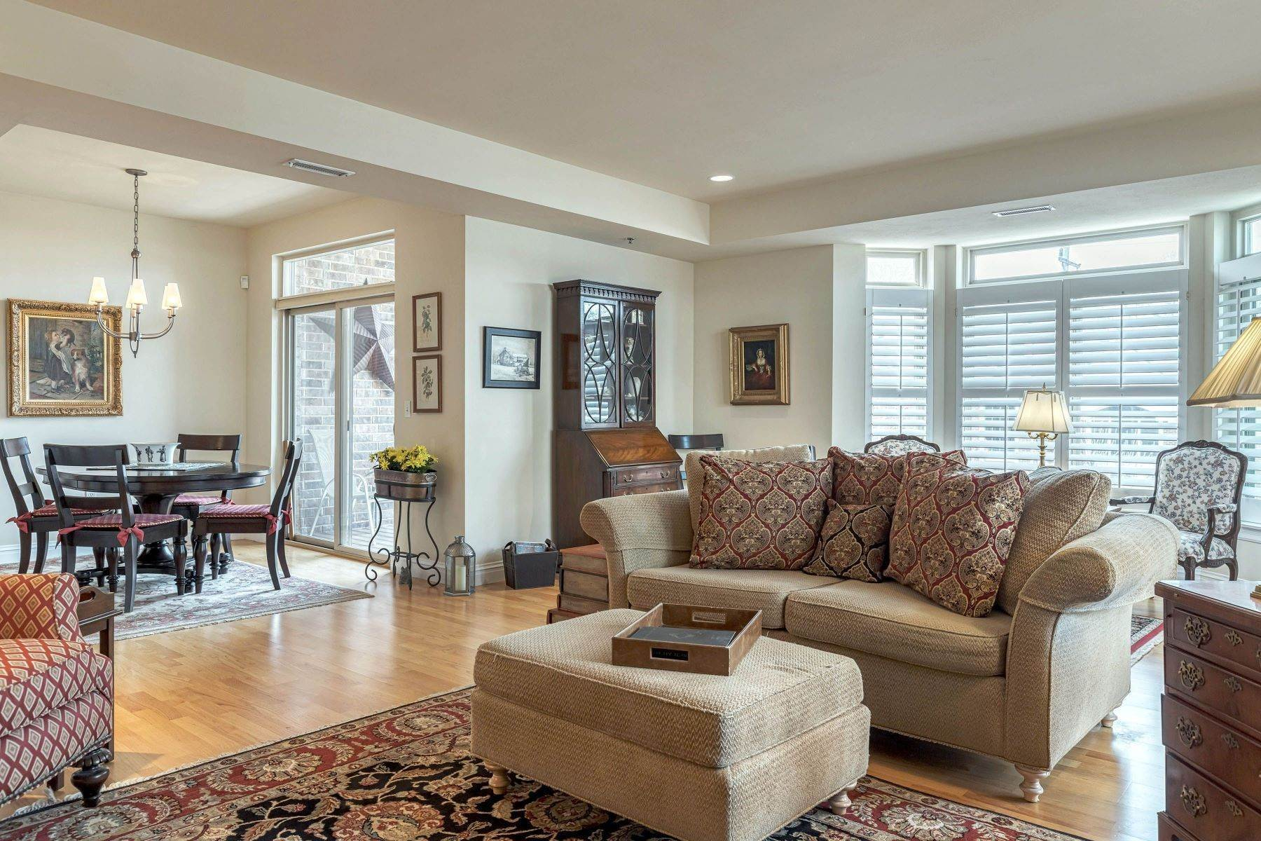 12. Condominiums for Sale at Impeccable Claymont Place Condo 520 North and South Road, #201 University City, Missouri 63130 United States