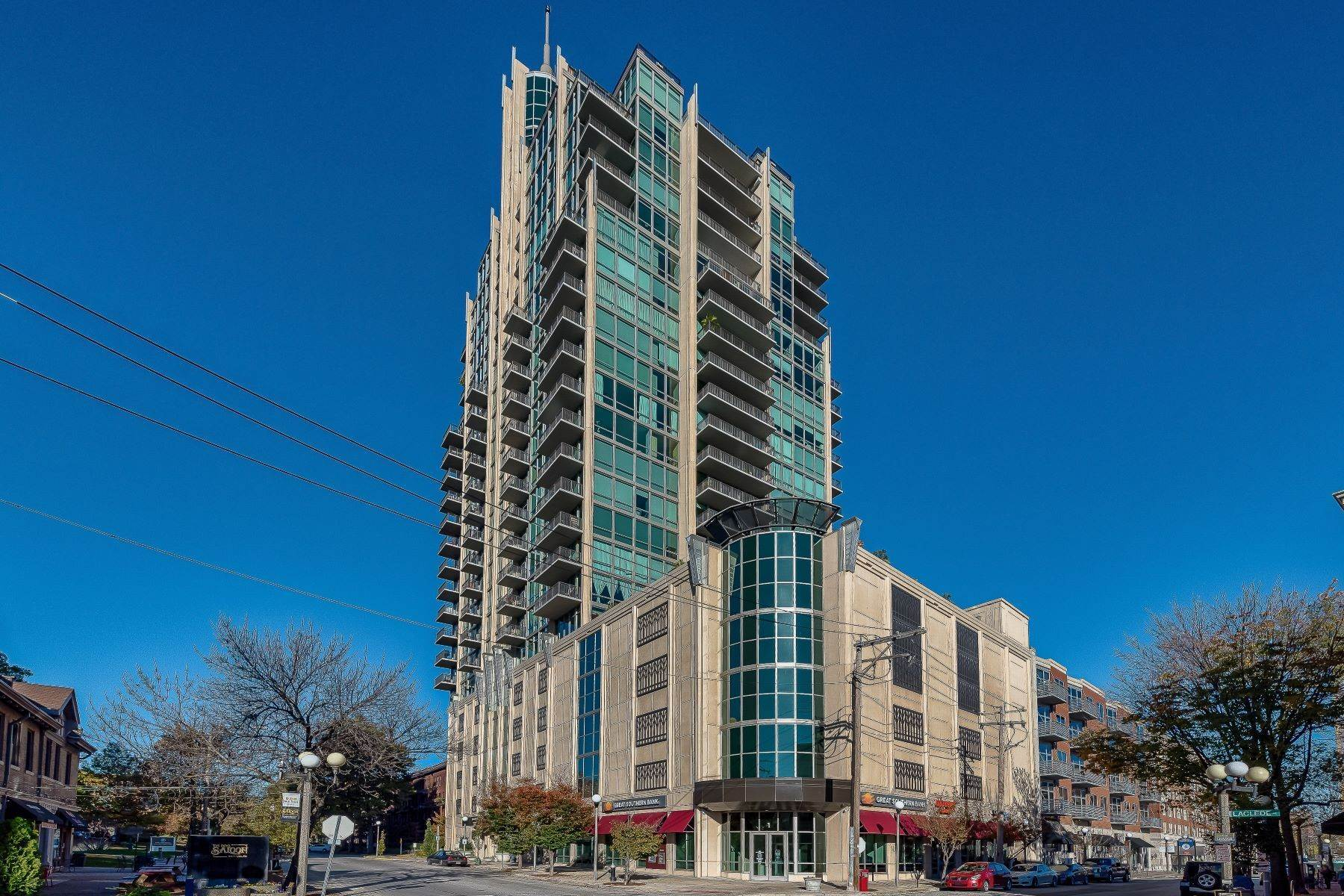 15. Condominiums for Sale at Free Flowing Condo in CWE 4909 Laclede Avenue, #1806 St. Louis, Missouri 63108 United States