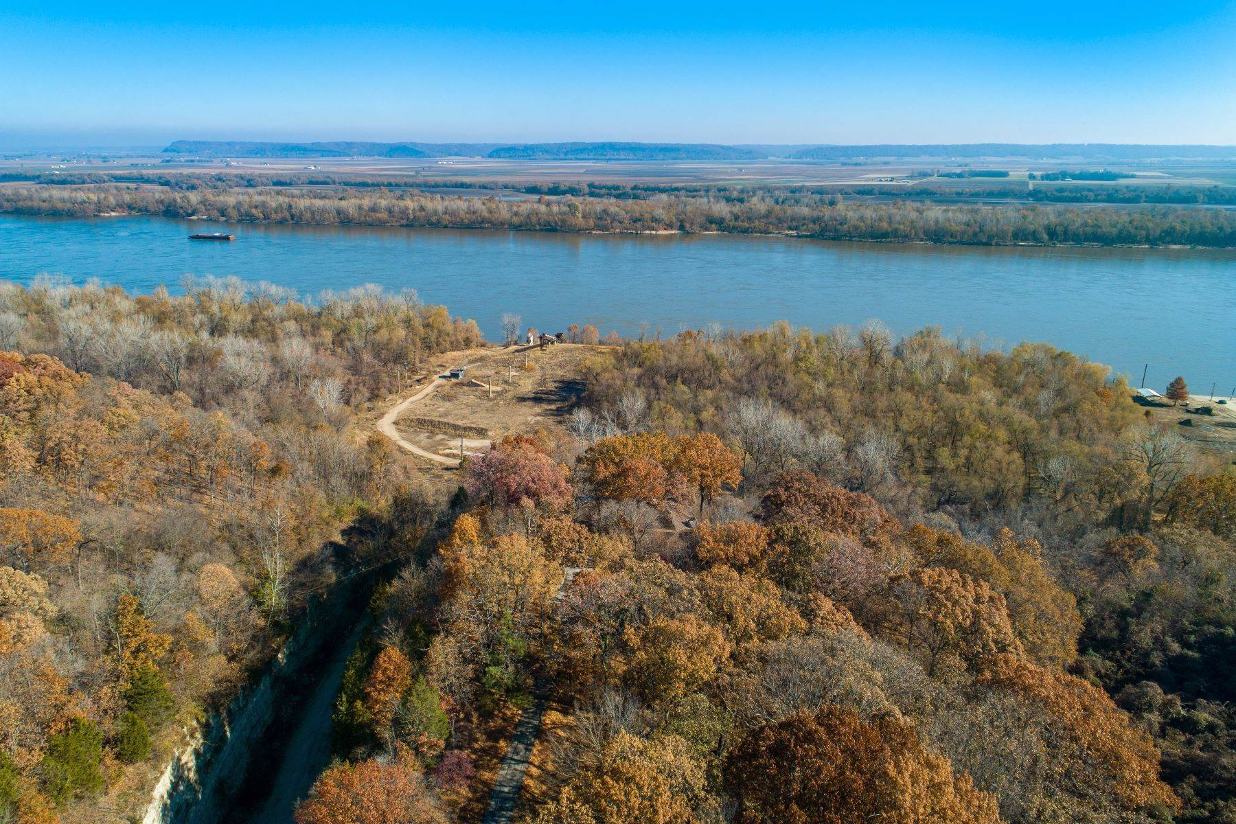 32. Single Family Homes for Sale at Relaxing Mid-Century Retreat Overlooking the Mississippi River 10 Rivermont Drive Crystal City, Missouri 63019 United States