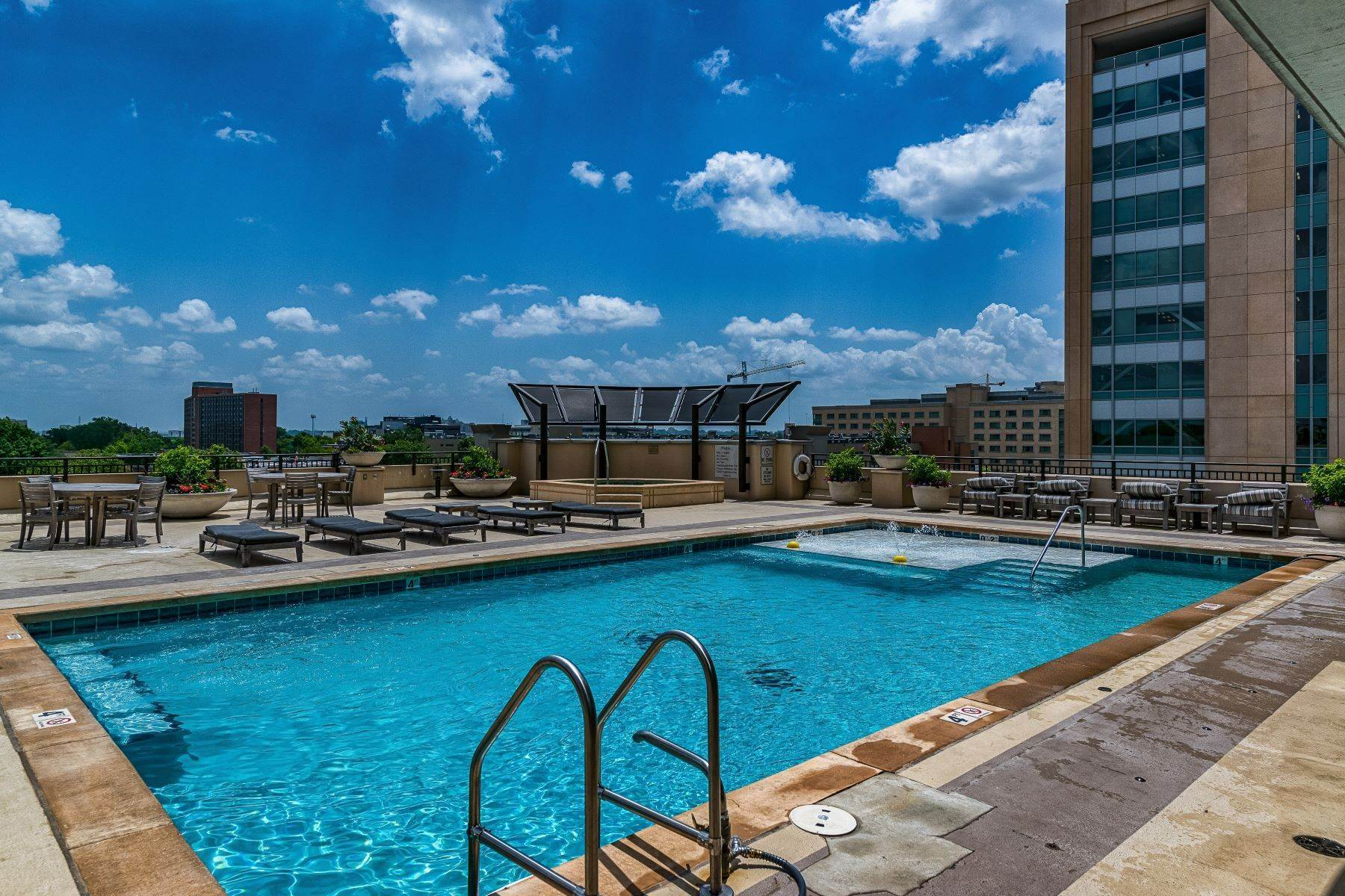 7. Condominiums for Sale at Free Flowing Condo in CWE 4909 Laclede Avenue, #1806 St. Louis, Missouri 63108 United States