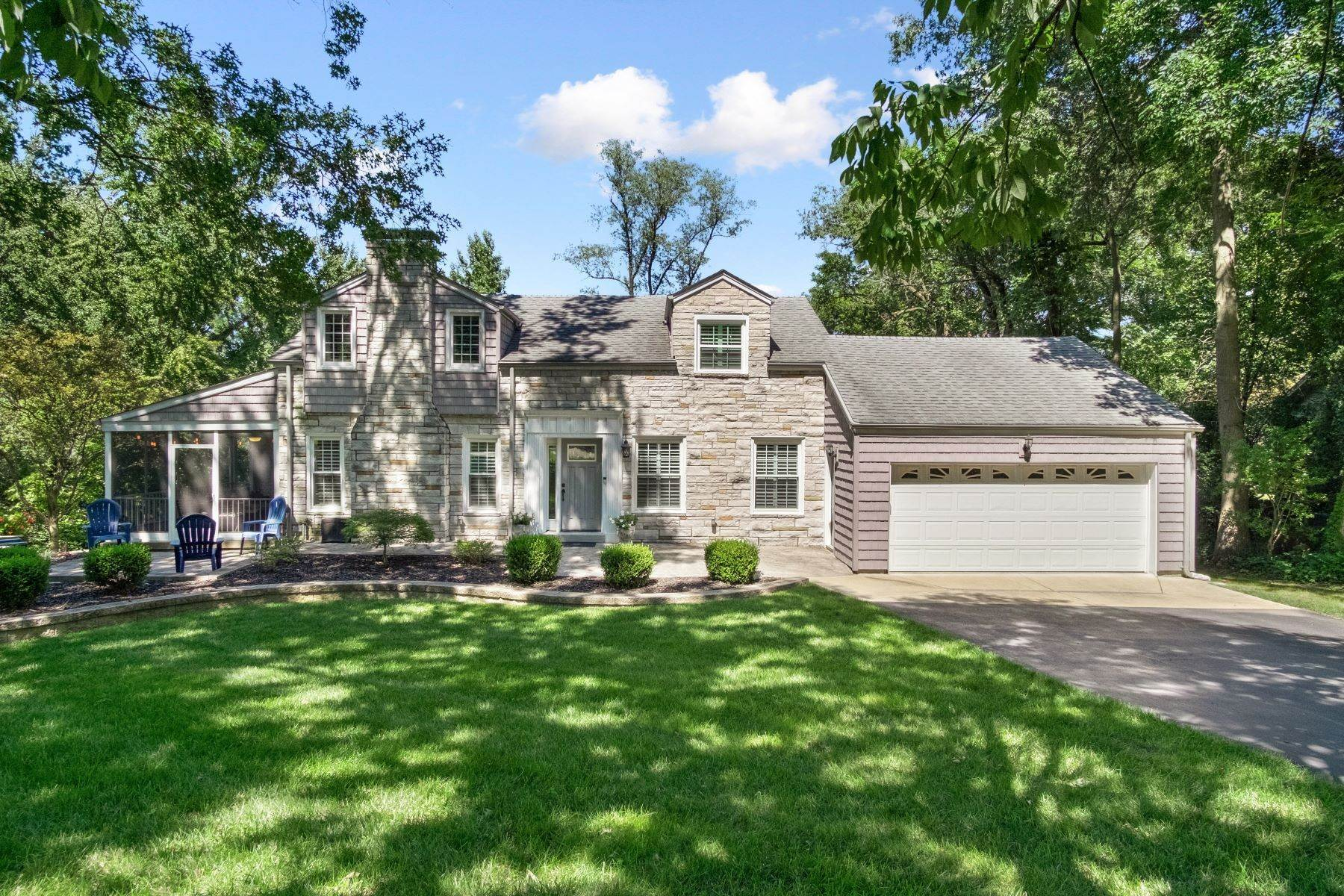 7. Single Family Homes for Sale at Charming Cape Cod Home In Ladue Schools 4 Chaminade Drive Creve Coeur, Missouri 63141 United States