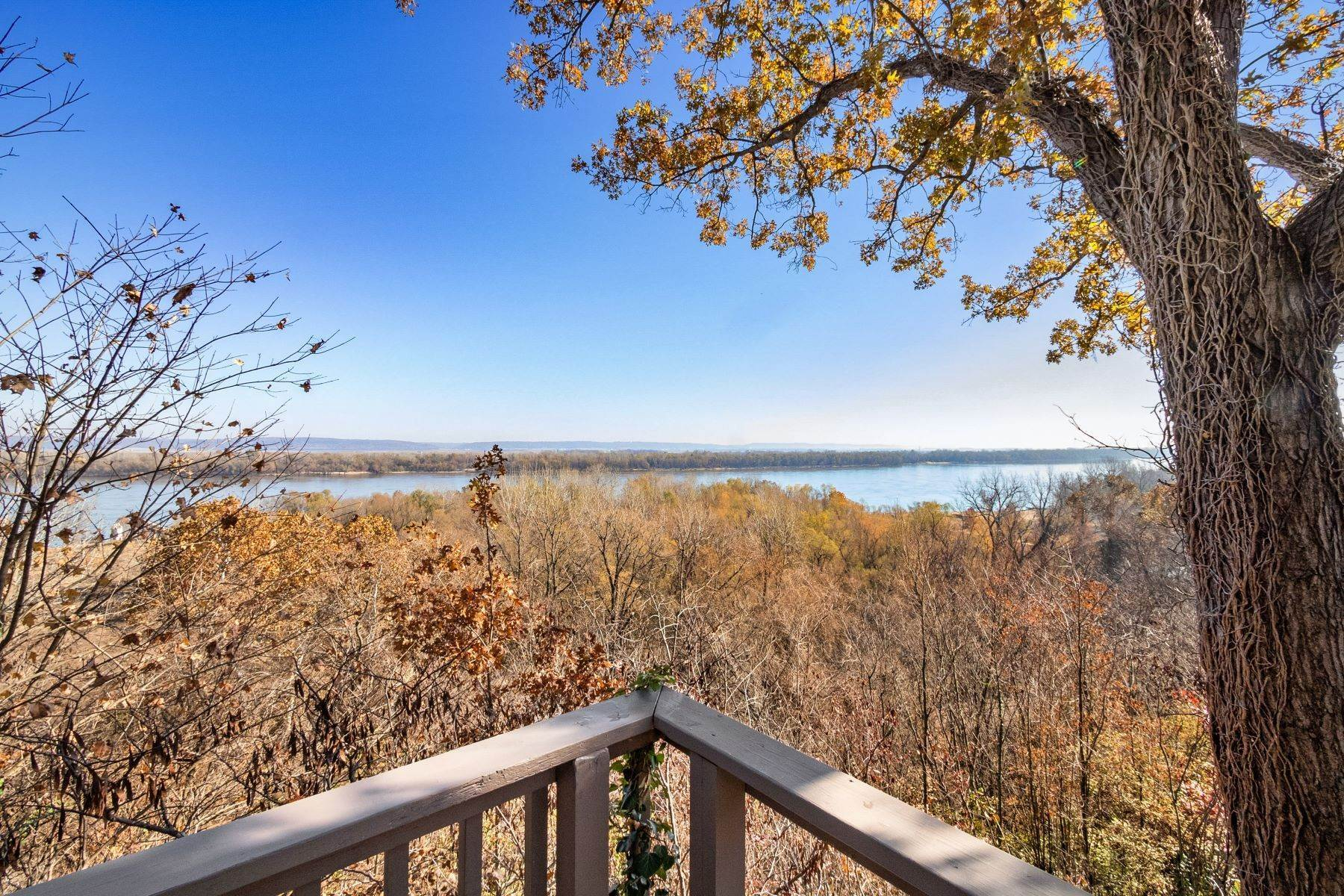 38. Single Family Homes for Sale at Relaxing Mid-Century Retreat Overlooking the Mississippi River 10 Rivermont Drive Crystal City, Missouri 63019 United States