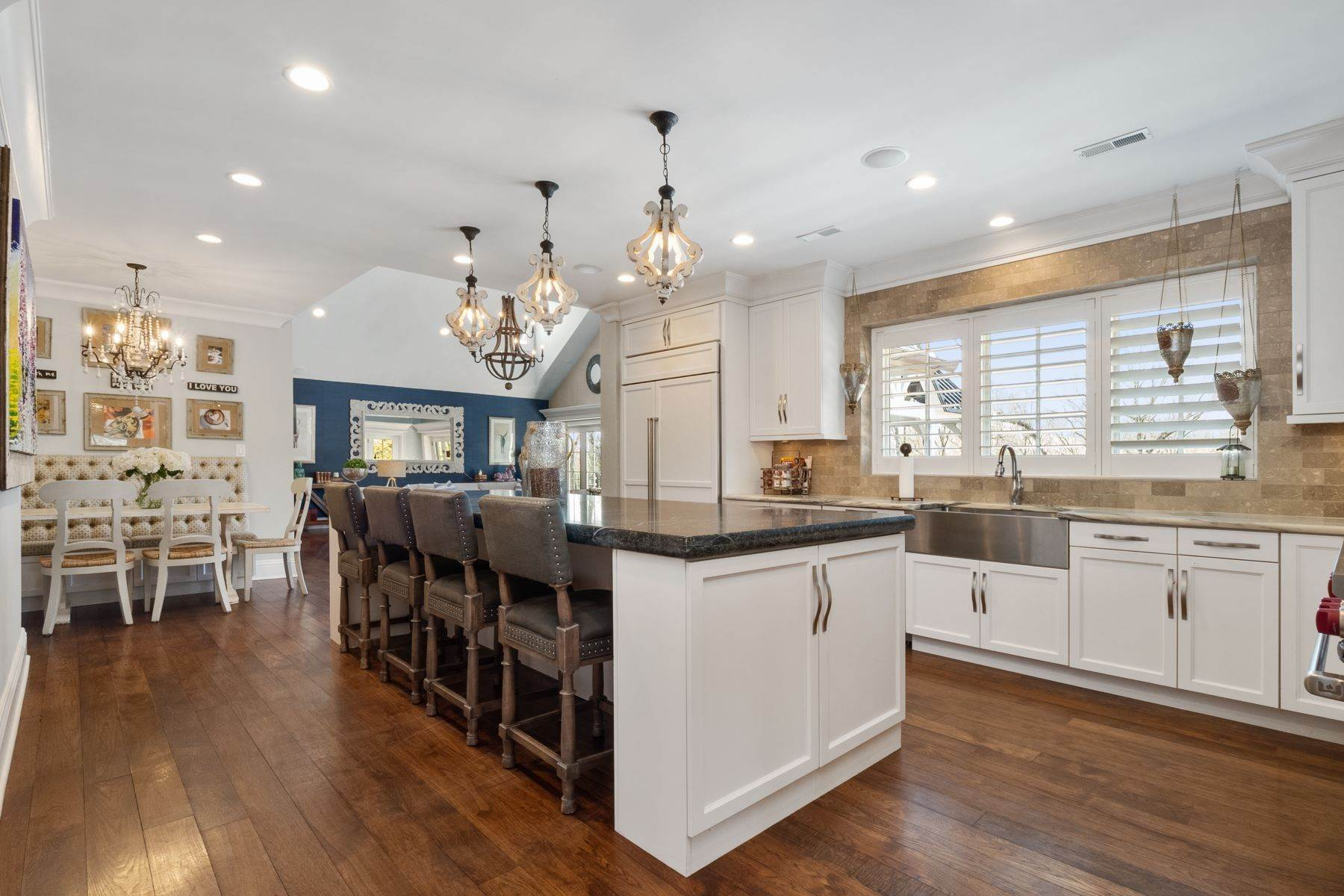 7. Single Family Homes for Sale at Modern Sophisticated Living in the Heart of Ladue 40 Overhills Dr Ladue, Missouri 63124 United States