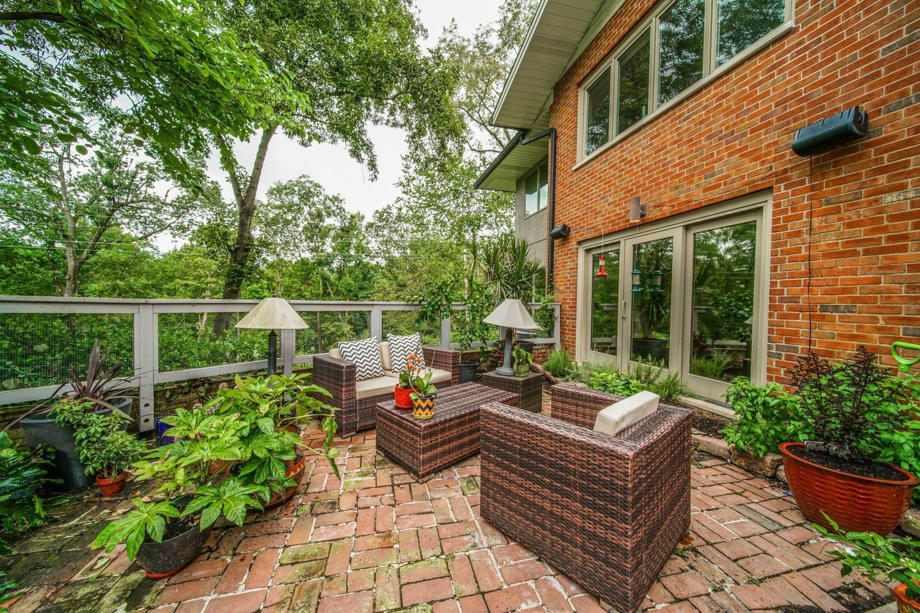 33. Single Family Homes for Sale at Mid-Century Gem in the heart of Ladue 30 Oak Bend Court St. Louis, Missouri 63124 United States