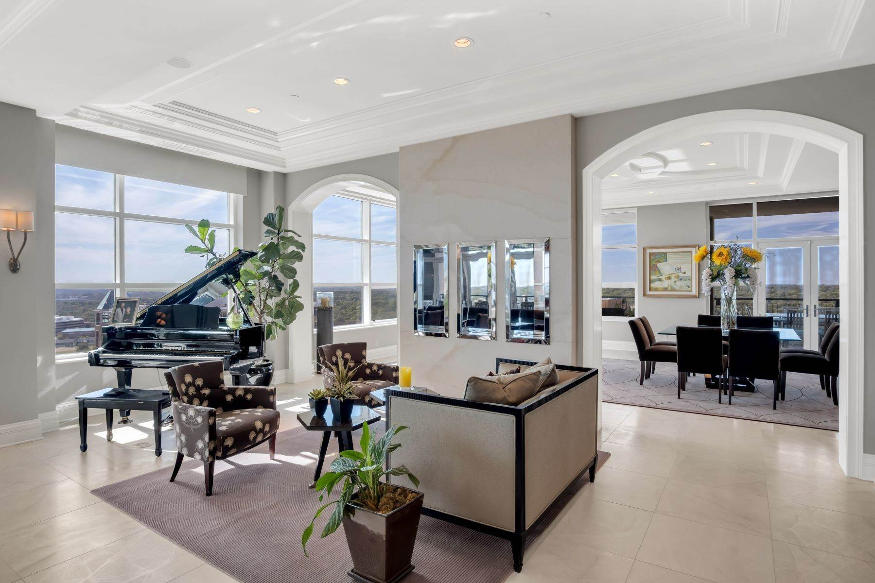 4. Condominiums for Sale at Experience Luxury and Urban Penthouse Living 8025 Maryland Avenue, #15C Clayton, Missouri 63105 United States