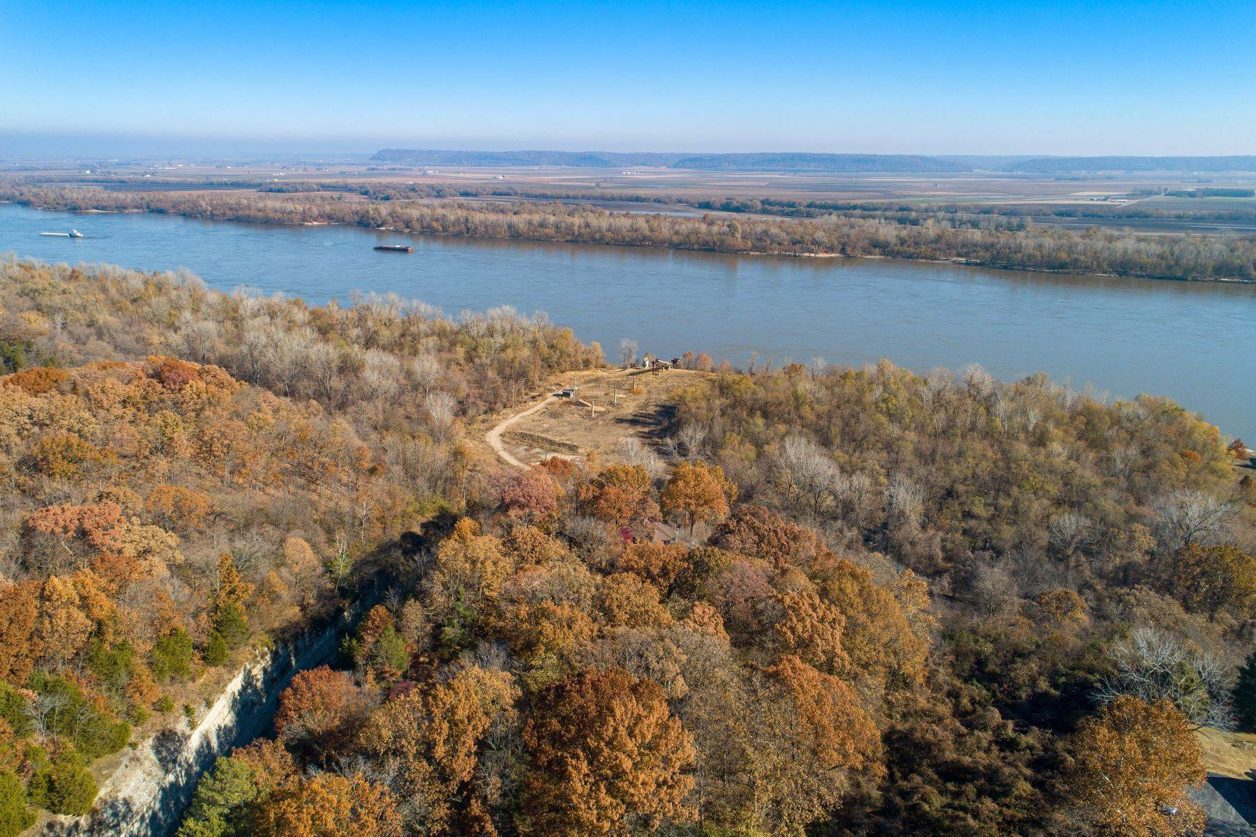 33. Single Family Homes for Sale at Relaxing Mid-Century Retreat Overlooking the Mississippi River 10 Rivermont Drive Crystal City, Missouri 63019 United States