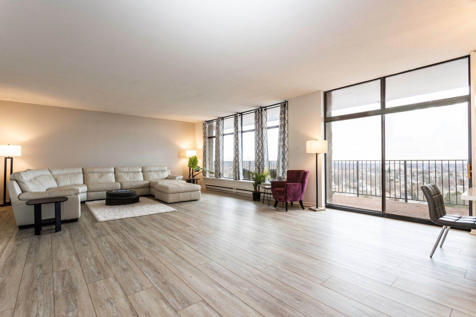 Condominiums for Sale at Beautiful, Airy, and Spacious Condo 3200 Park Avenue, 11F2 Bridgeport, Connecticut 06604 United States
